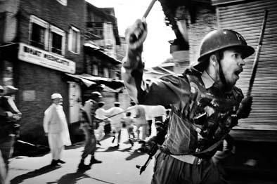 Ejército de India luchando contra los separatistas en Kashmir, India Fotógrafo Giulio di Sturco