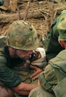 Fotografía de un soldado en la guerra de Vietnam, fotógrafo Larry Burrows