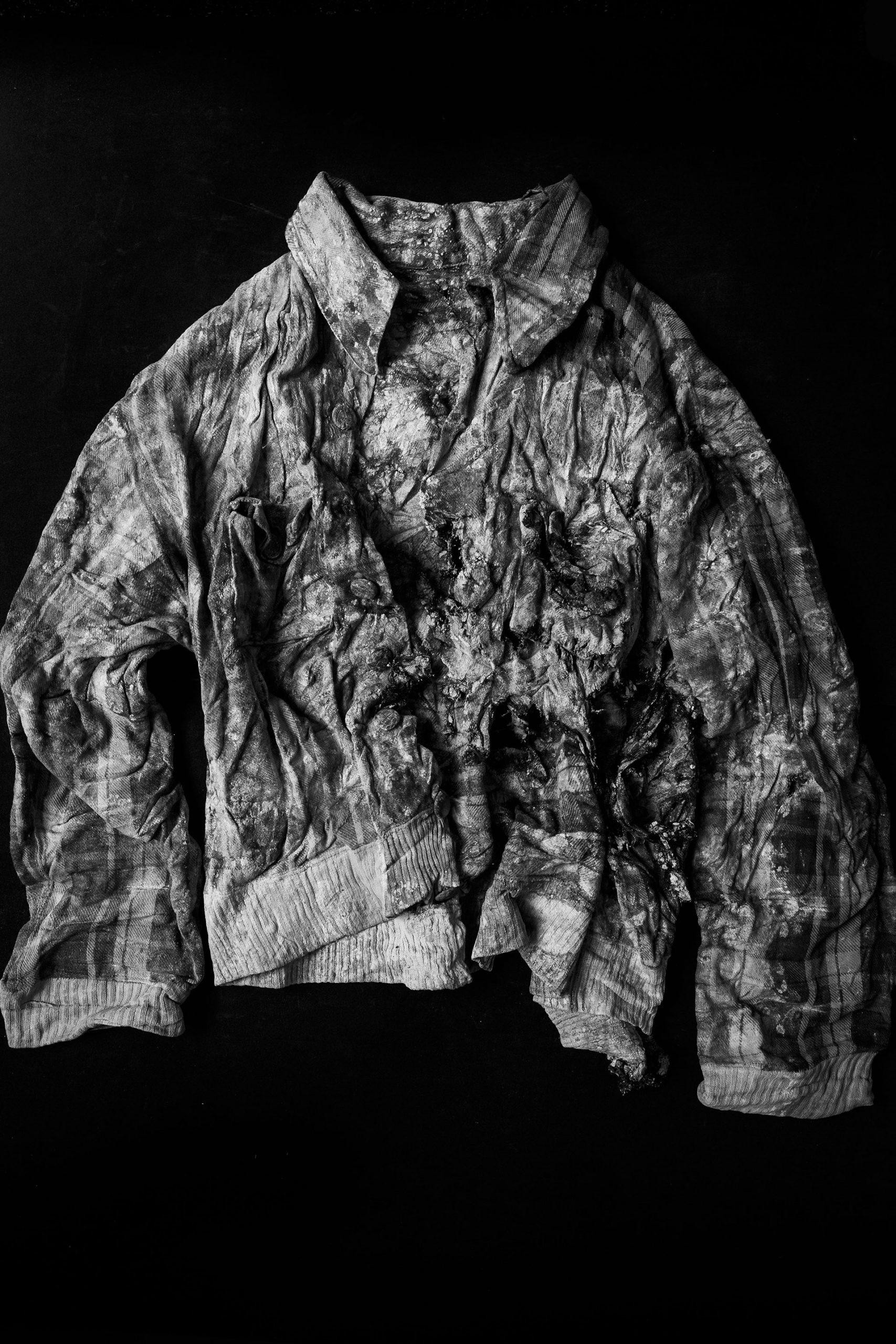 Una chaqueta encontrada en la fosa 128 de Paterna, Valencia, en mayo de 2019. La prenda pertenecía a una persona asesinada por varios impactos de bala en 1941.