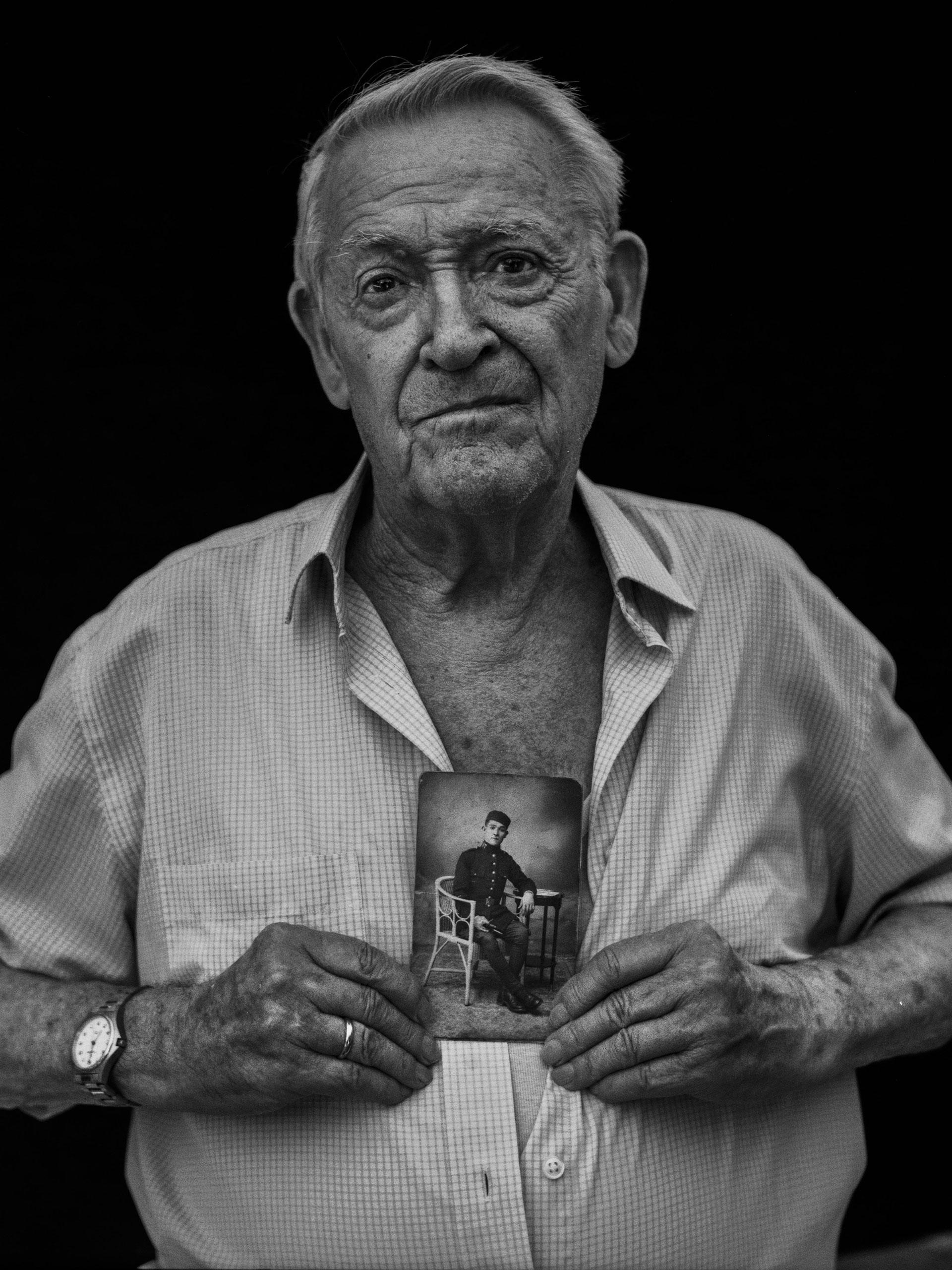 Juan Guirao sostiene la fotografía de su padre, asesinado en 1940 y enterrado en una fosa de Paterna, Valencia. Juan falleció, enfermo de Alzheimer, el 28 de febrero de 2019.