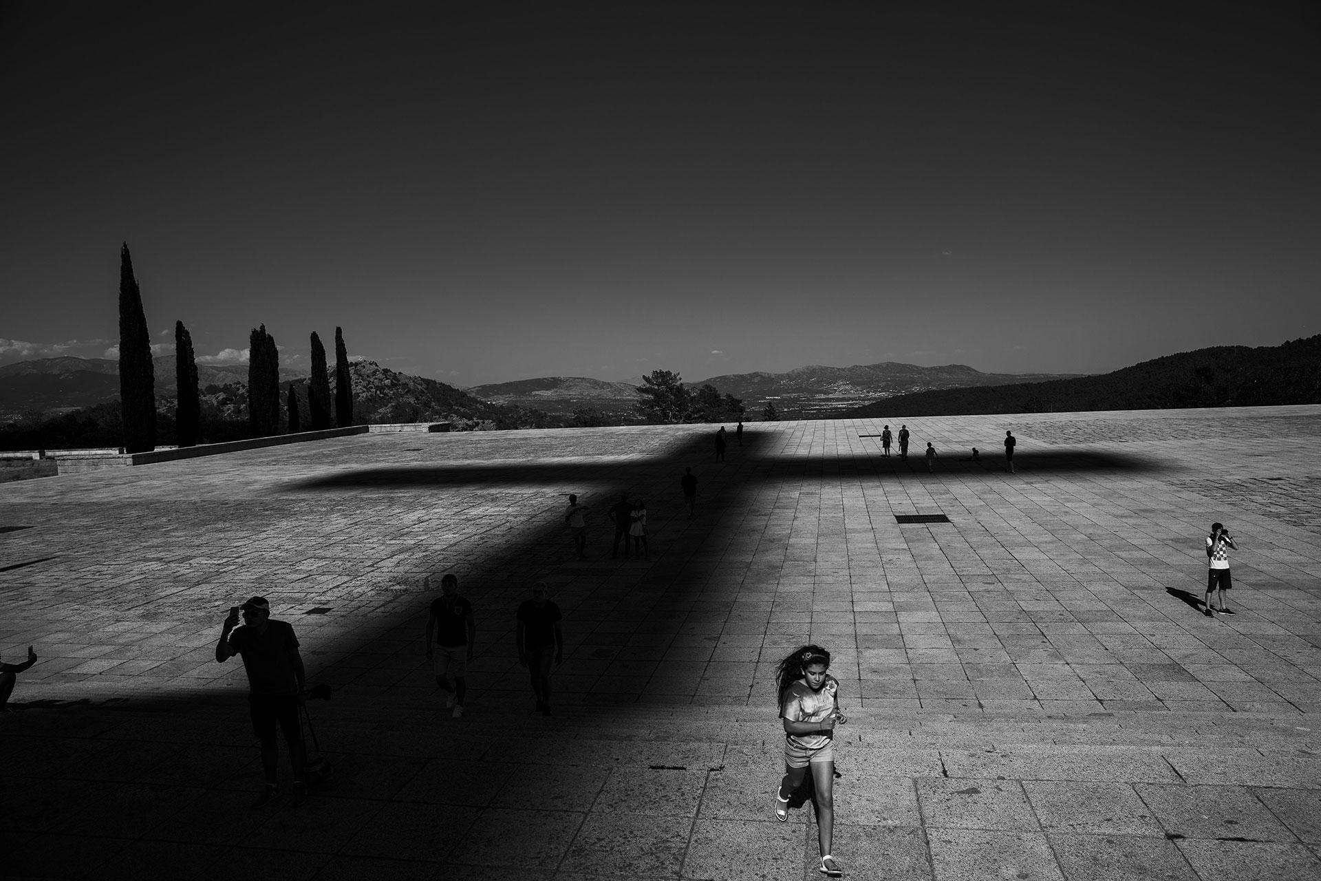 Una niña corre sobre la explanada del Valle de los Caídos, el mausoleo donde más de 30.000 personas siguen enterradas sin el consentimiento de sus familias.