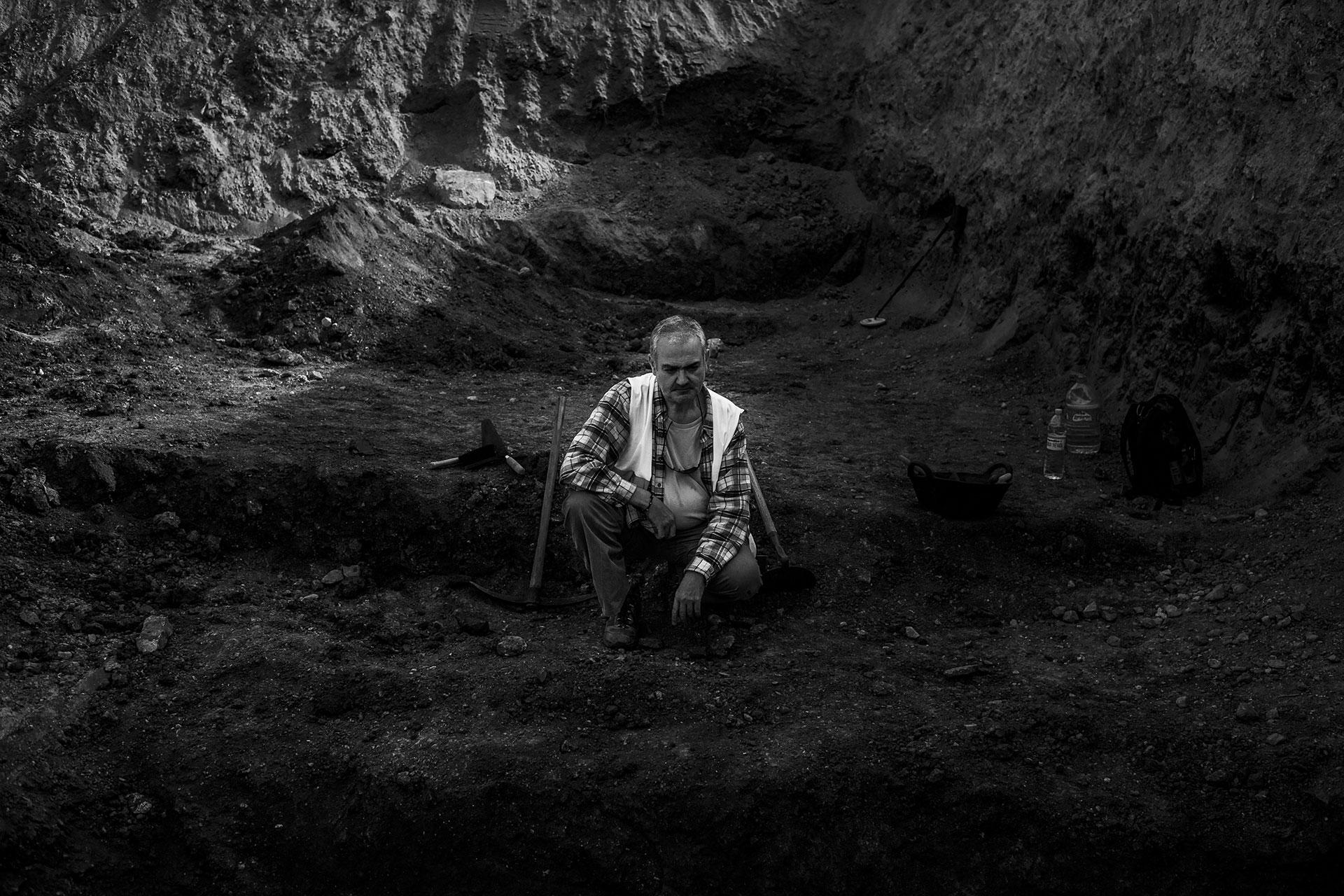 El arqueólogo Miguel Zapater a las afueras de Granada, durante la última búsqueda del poeta Federico García Lorca, Dióscoro Galindo, Francisco Galadí y Joaquín Arcollas, en 2016.