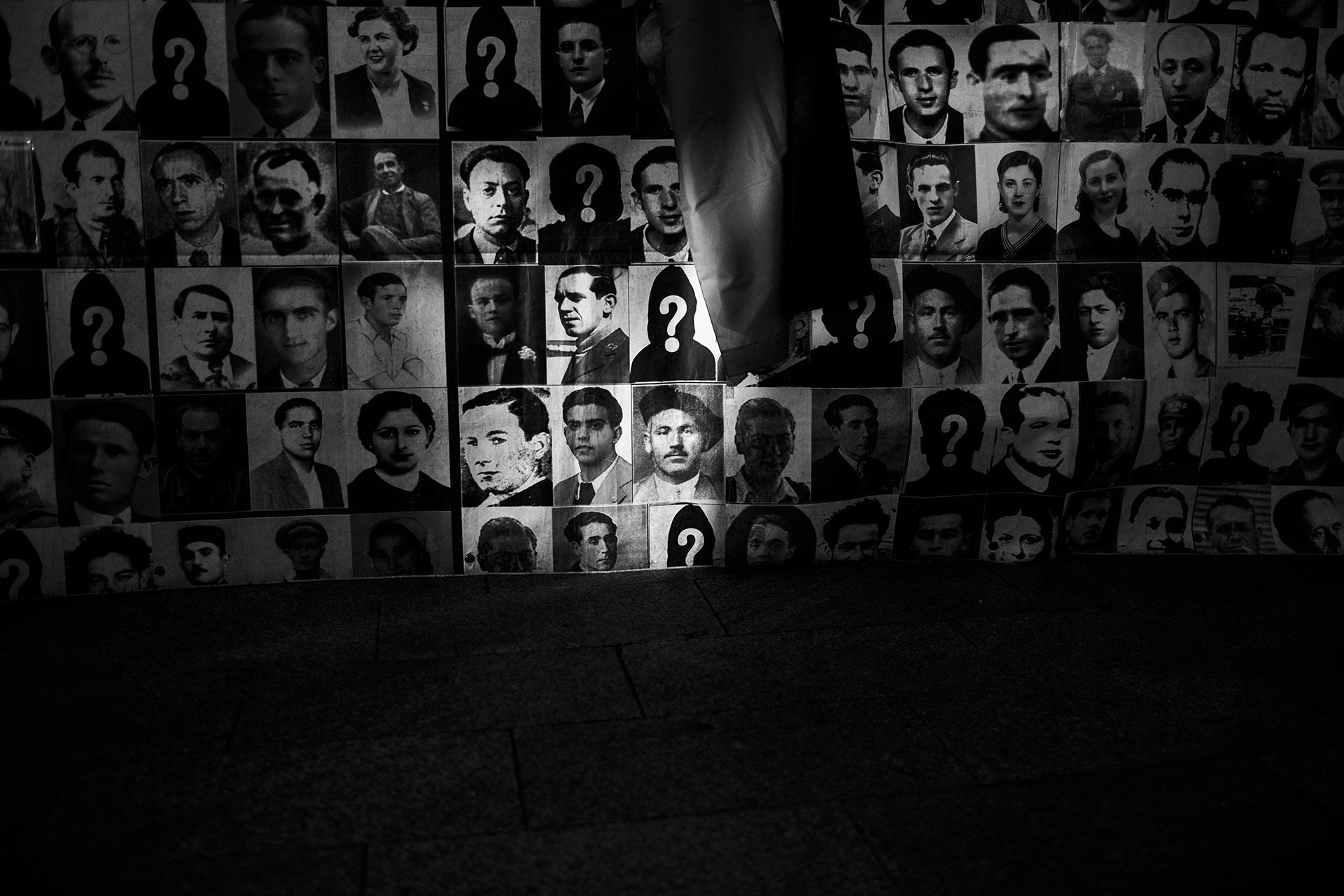 Un grupo de familiares de víctimas y desaparecidos/as del franquismo se manifiestan en la Puerta del Sol de Madrid, en julio de 2018.