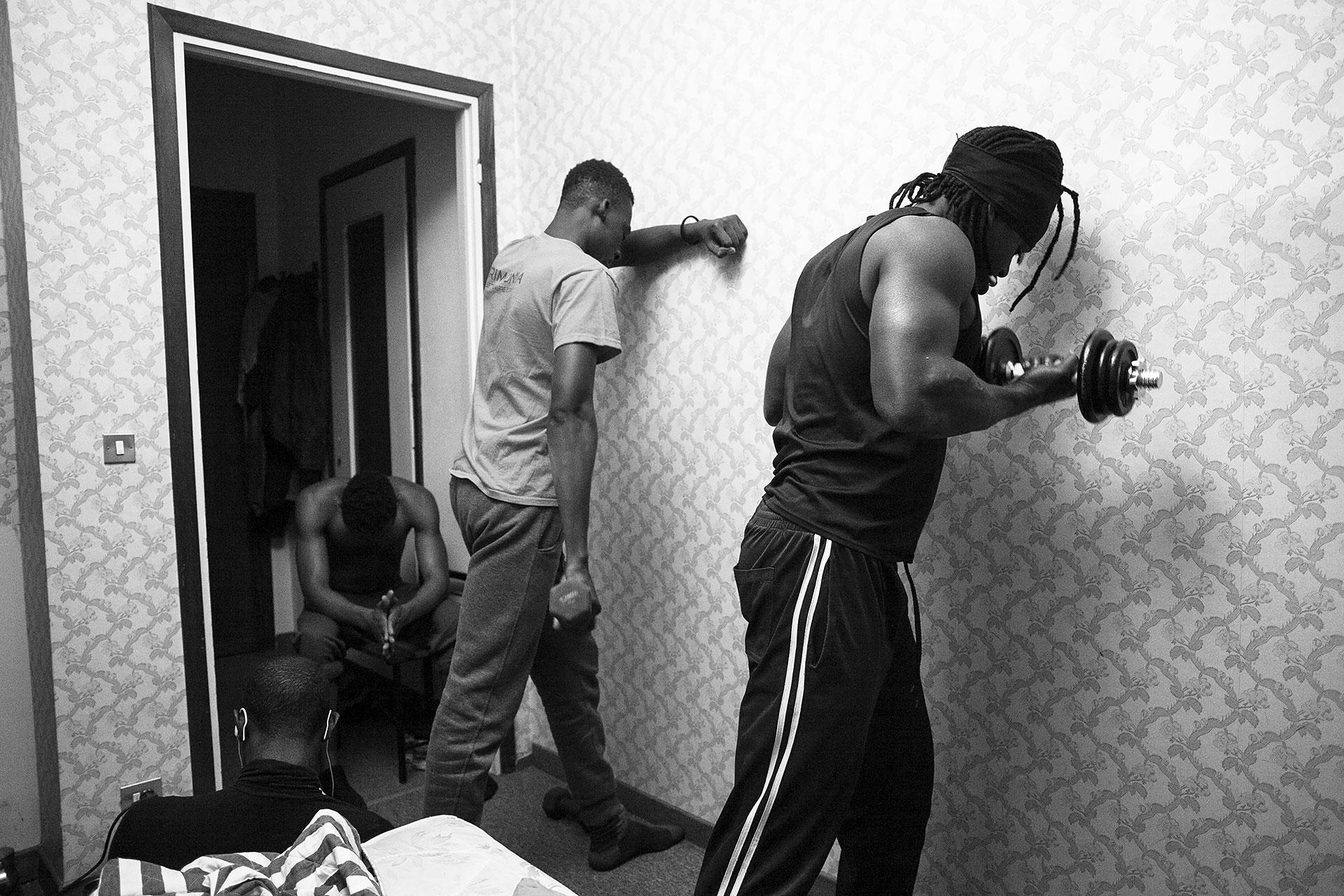 Malick y sus amigos Moussa, de Costa de Marfil, y Mohammad, de Senegal, entrenan antes de acostarse. Lo hacen cada noche como una manera no sólo de mantener su cuerpo en forma, sino también de abstraer su mente y así poder dormir más fácilmente.