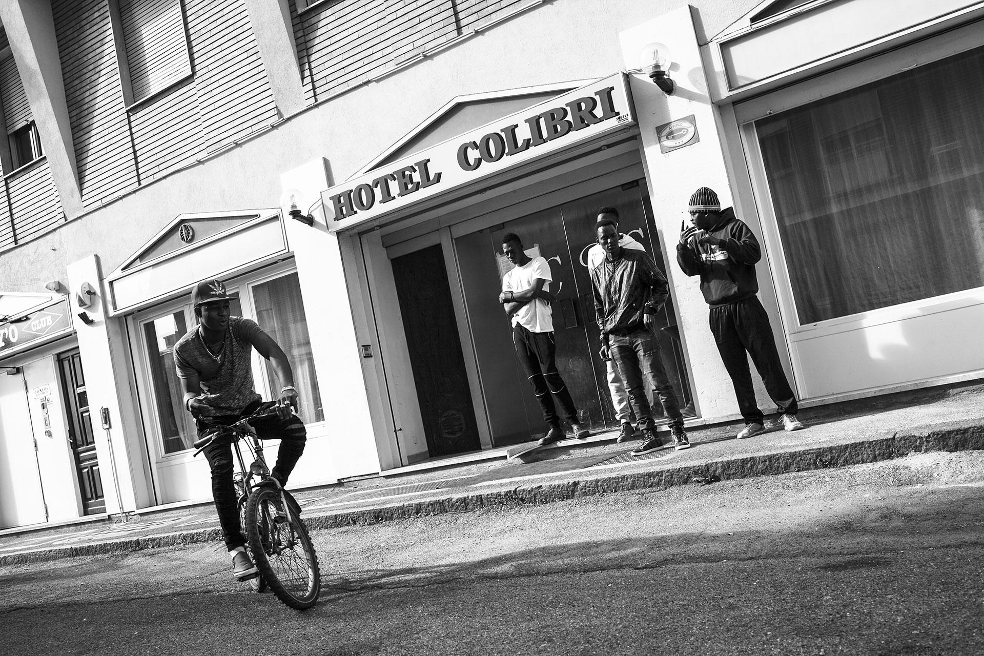 Entrada al Hotel Colibri, que tras permanecer cerrado durante más de 10 años, reabrió convertido en un centro de recepción temporal de migrantes, donde vive Malick actualmente. Todos los residentes actuales proceden de países del África subsahariana. Pueden permanecer allí durante el proceso de asilo.