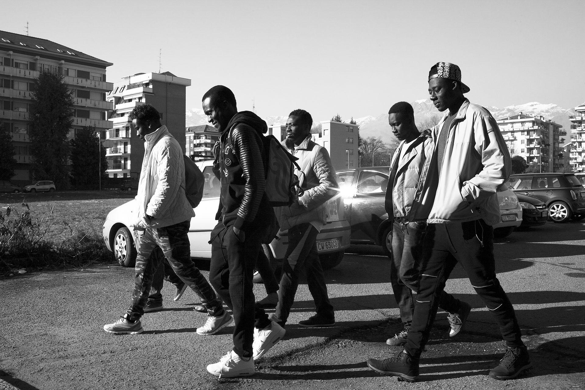 Malick camina junto a sus amigos por las calles de Biella, pequeña ciudad al norte de Italia donde todos ellos fueron reubicados después de ser rescatados del mar Mediterráneo a lo largo de 2016.
