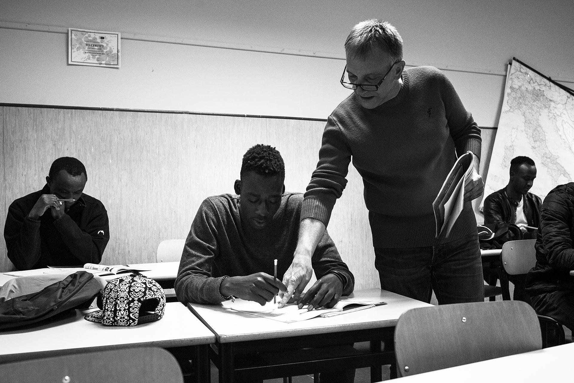 Malick asiste a clases de italiano dos veces por semana. En ellas, él y sus compañeros aprenden habilidades básicas de conversación, así como a preparar su curriculum vitae.
