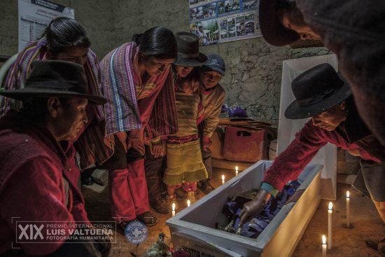 """© Miguel Mejía/Serie """"El dolor del retorno"""" (finalista XIX edición Premio Internacional de Fotografía Humanitaria Luis Valtueña)"""