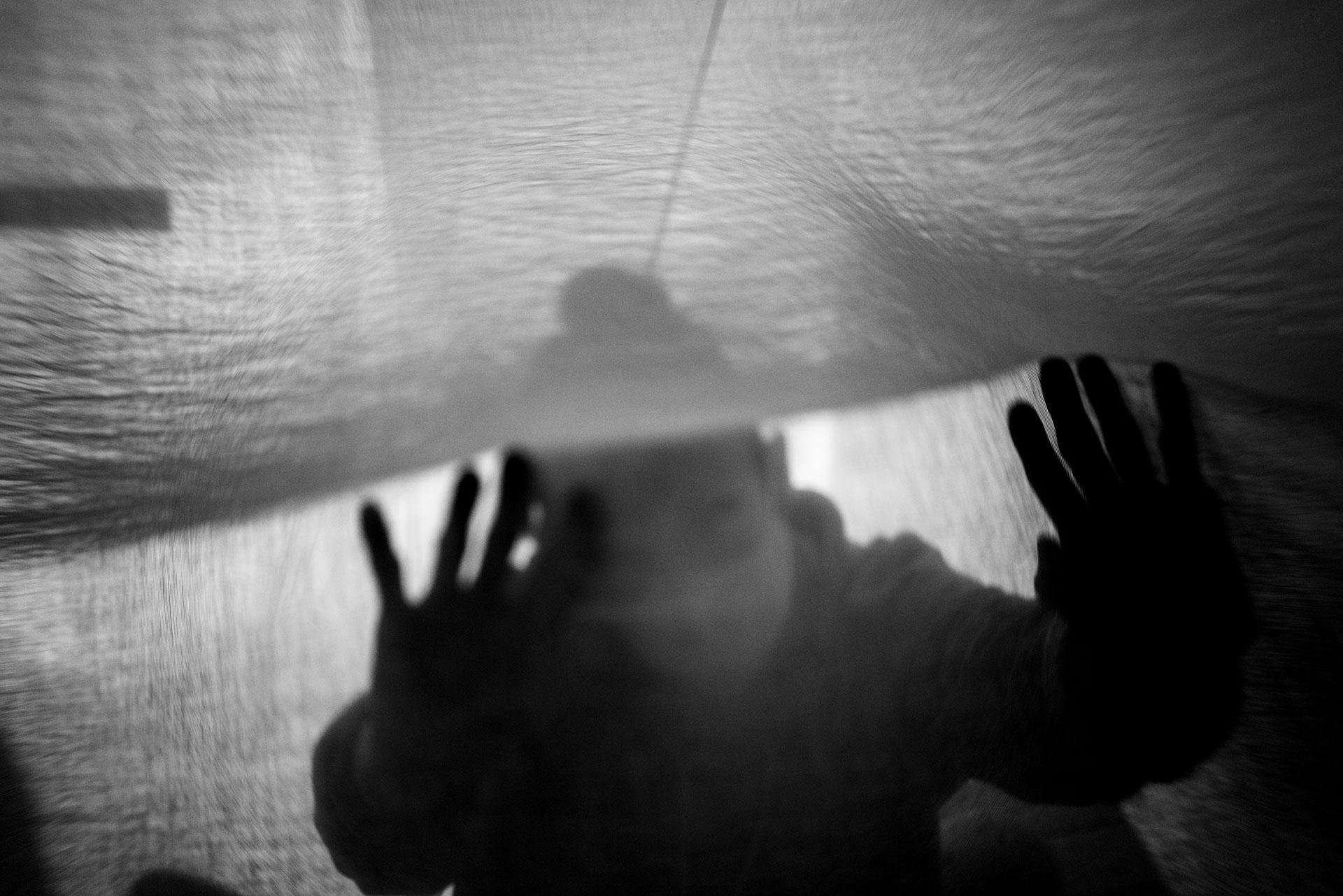 Las personas afectadas por el Síndrome de Sensibilidad Química Múltiple necesitan de la reclusión en sus hogares para sobrevivir, puesto que deben evitar el contacto con sustancias químicas o con quienes hayan estado expuestas a ellas.
