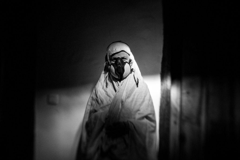 Cuando el ambiente está contaminado por químicos, Rosa debe utilizar una máscara con un filtro de carbón activado para evitar su inhalación, y una tela apantallante formada por hilos de algodón y plata para protegerse de la radiación, ya que también padece hipersensibilidad electromagnética.