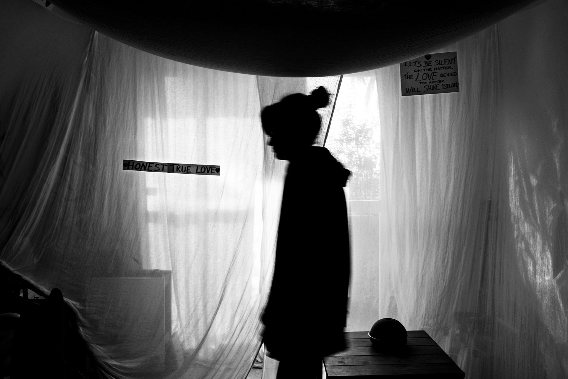 Muchas de las personas afectadas permanecen solas y encerradas en sus propios hogares. No pueden trabajar, hacer la compra, ni recibir visitas a menos que hayan seguido un estricto protocolo de descontaminación.