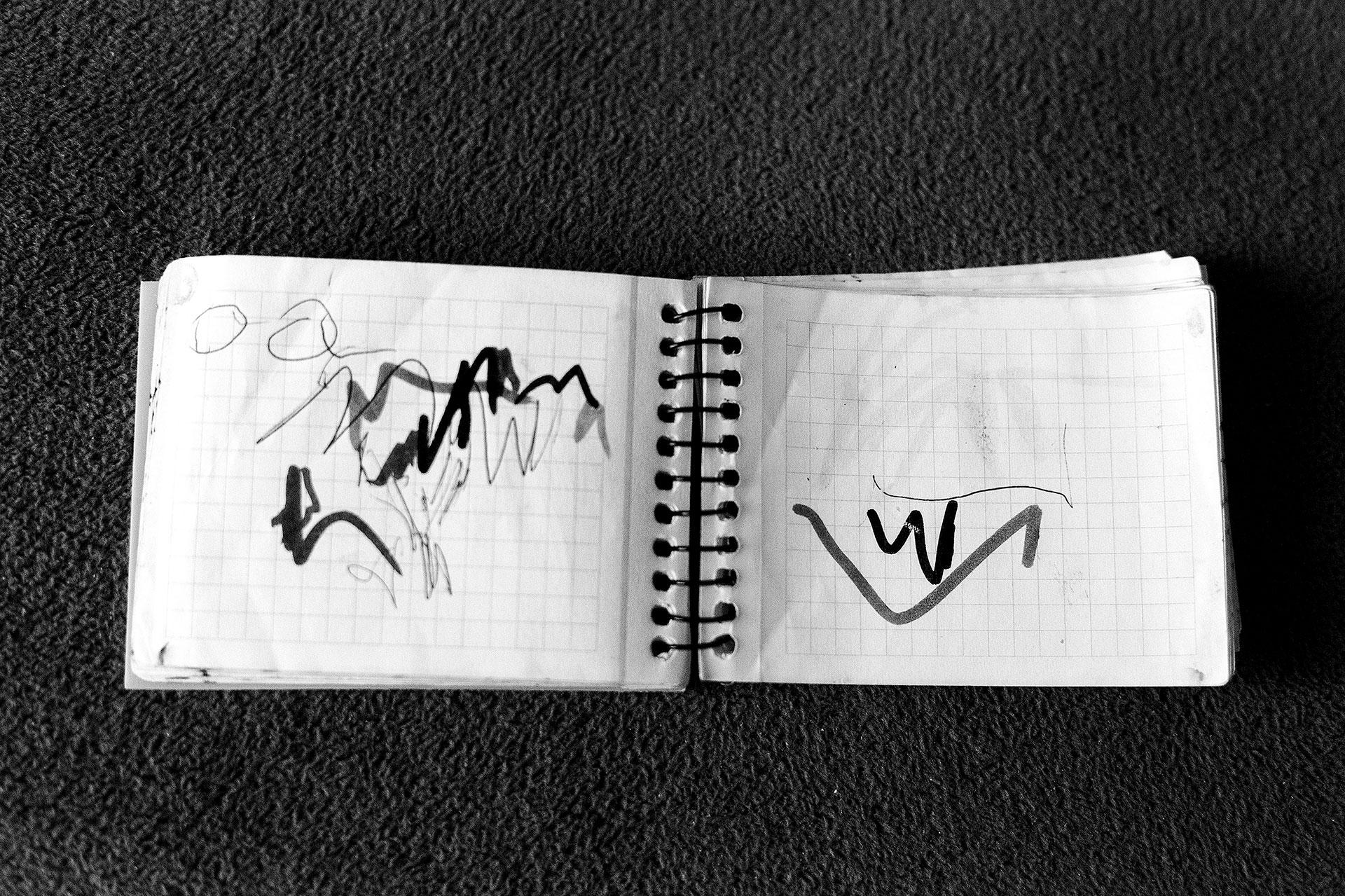 Cuaderno de escritura de Nacho. Debido a la deformidad de sus manos, la capacidad de escritura de Nacho se limita a trazos irregulares.