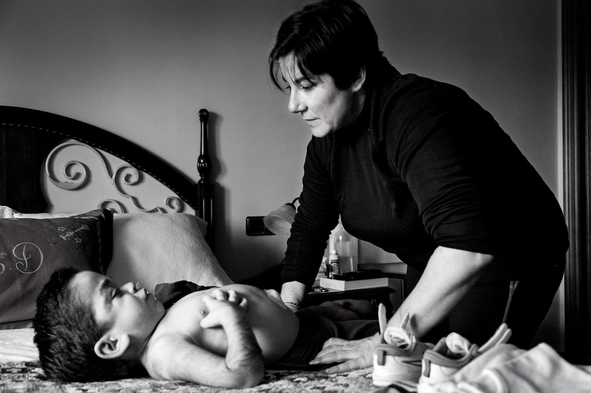 María Ángeles Díaz (madre) despierta y viste a diario a Nacho. El grado de dependencia de un enfermo de Hurler es del 100%.