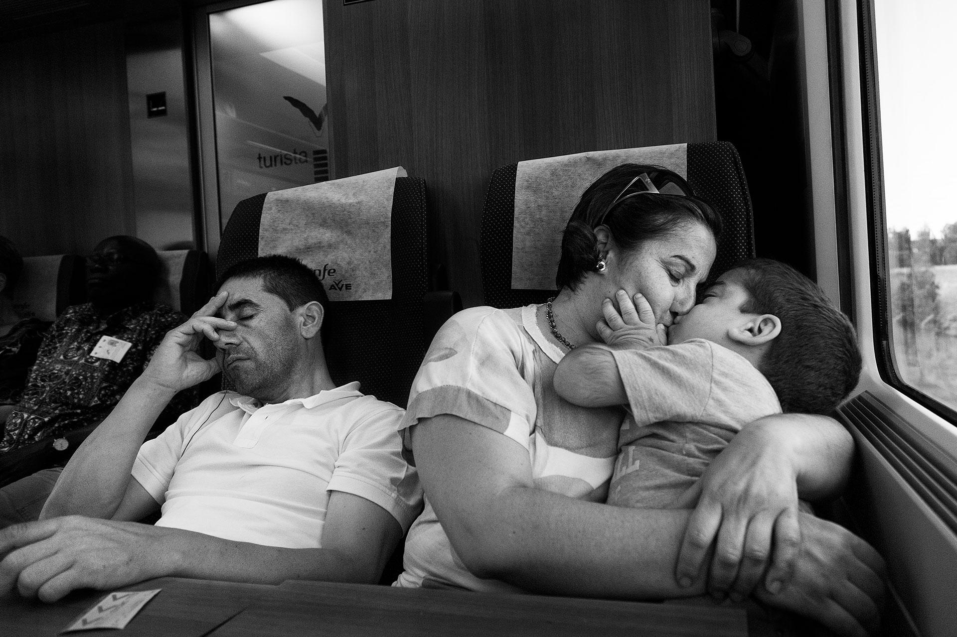 La familia vuelve en tren a Toledo. Varias veces al año tienen que desplazarse al Hospital Virgen del Rocío en Sevilla para realizar las revisiones del trasplante de médula de Nacho. Ida y vuelta en el mismo día.