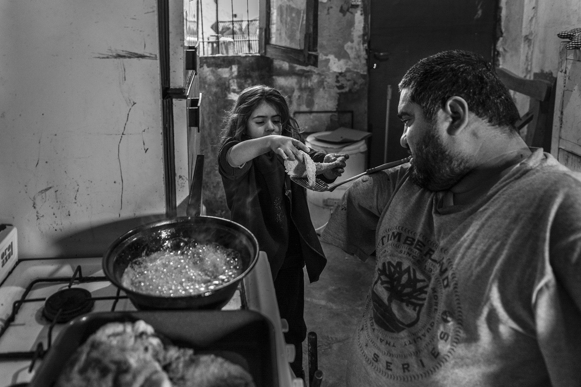 Jorge suele cocinar para su familia mientras Ángeles pide colaborar para compartir esa actividad con su papá.