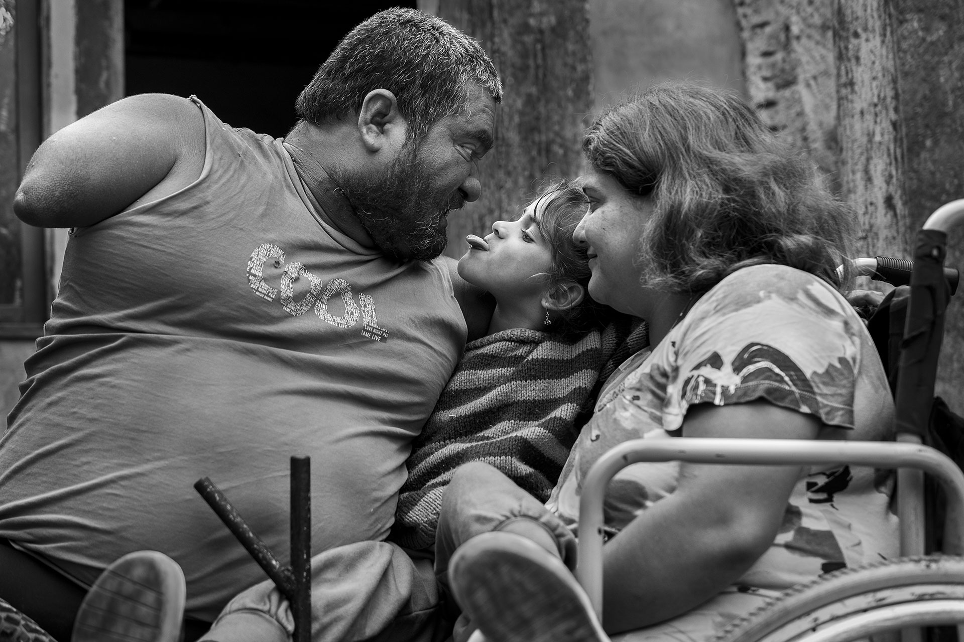 El amor, el apoyo incondicional, la mutua aceptación y los vínculos de cooperación son los pilares fundamentales que sostienen la vida de Jorge, Vero y su pequeña hijita Ángeles.
