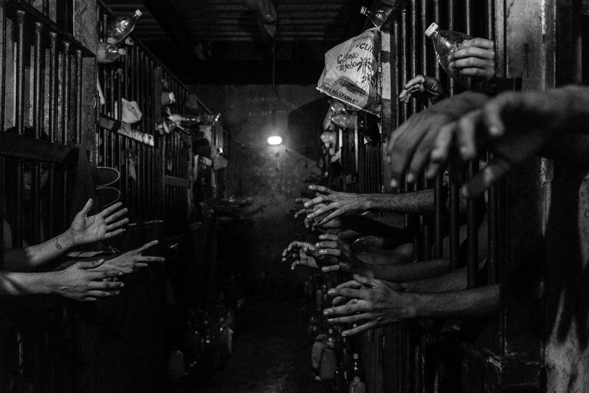 Un policía registra a un sospechoso de haber apuñalado a otro hombre para robarle. Los robos se han convertido en una importante causa de preocupación entre la población venezolana, ya que, a menudo se convierten en homicidios cuando las víctimas se resisten.