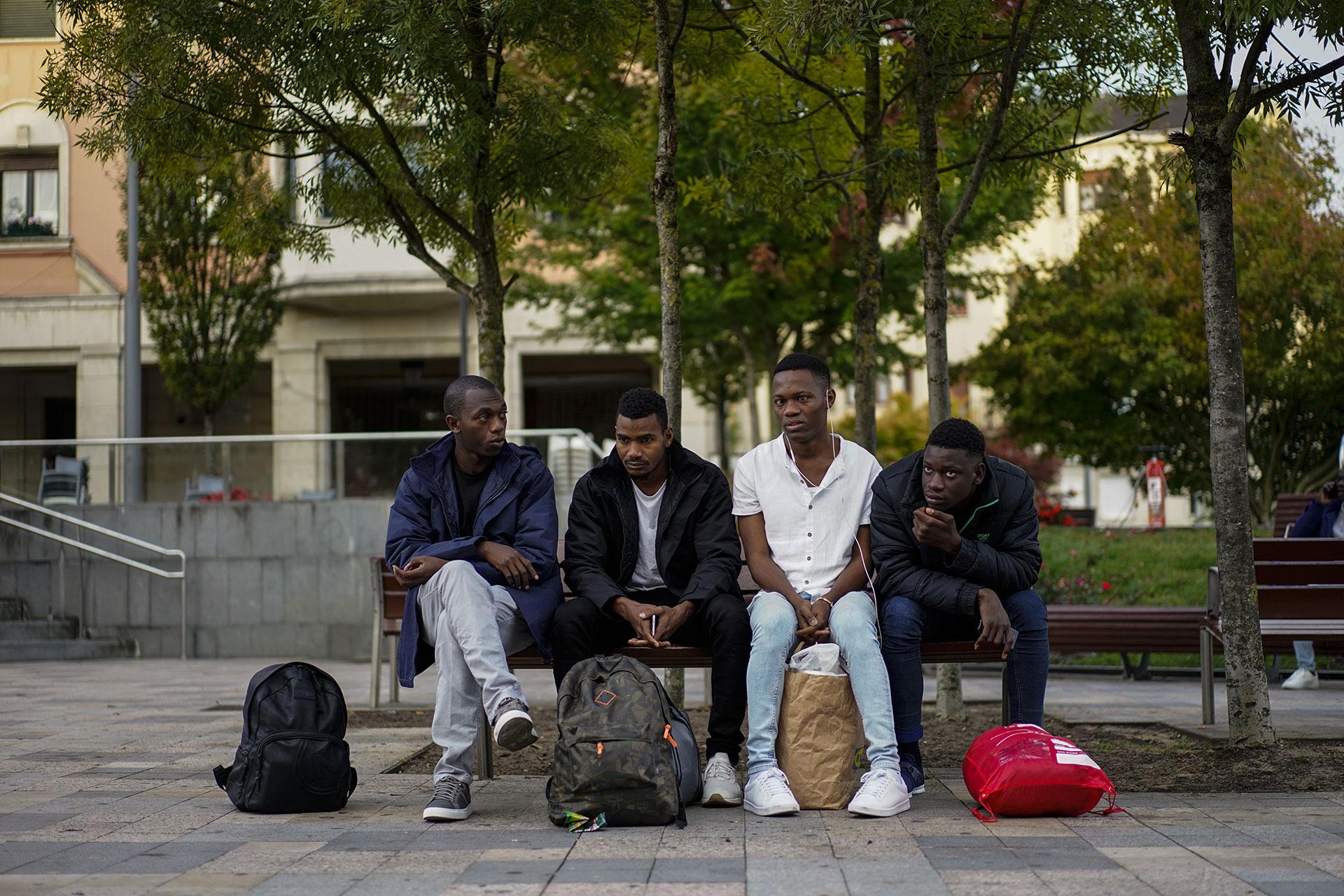 Ousmane espera junto a tres compañeros en una plaza de Irun minutos antes de tomar un autobús para intentar cruzar a Francia, 17 de Septiembre de 2019.