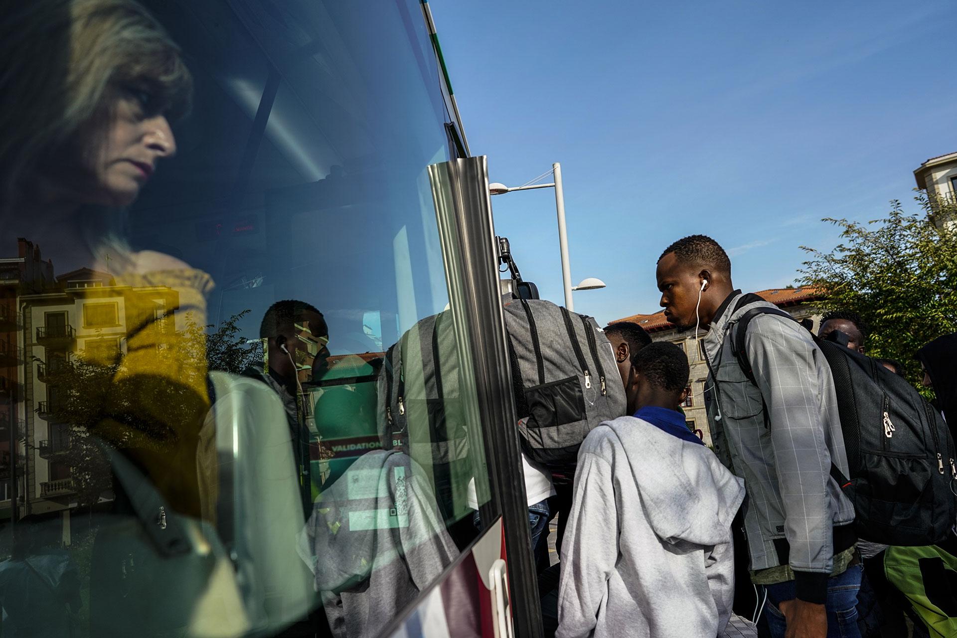 Un grupo de jóvenes suben a un autobús en Irún para intentar cruzar la frontera y llegar a Francia, 14 de Septiembre de 2019.
