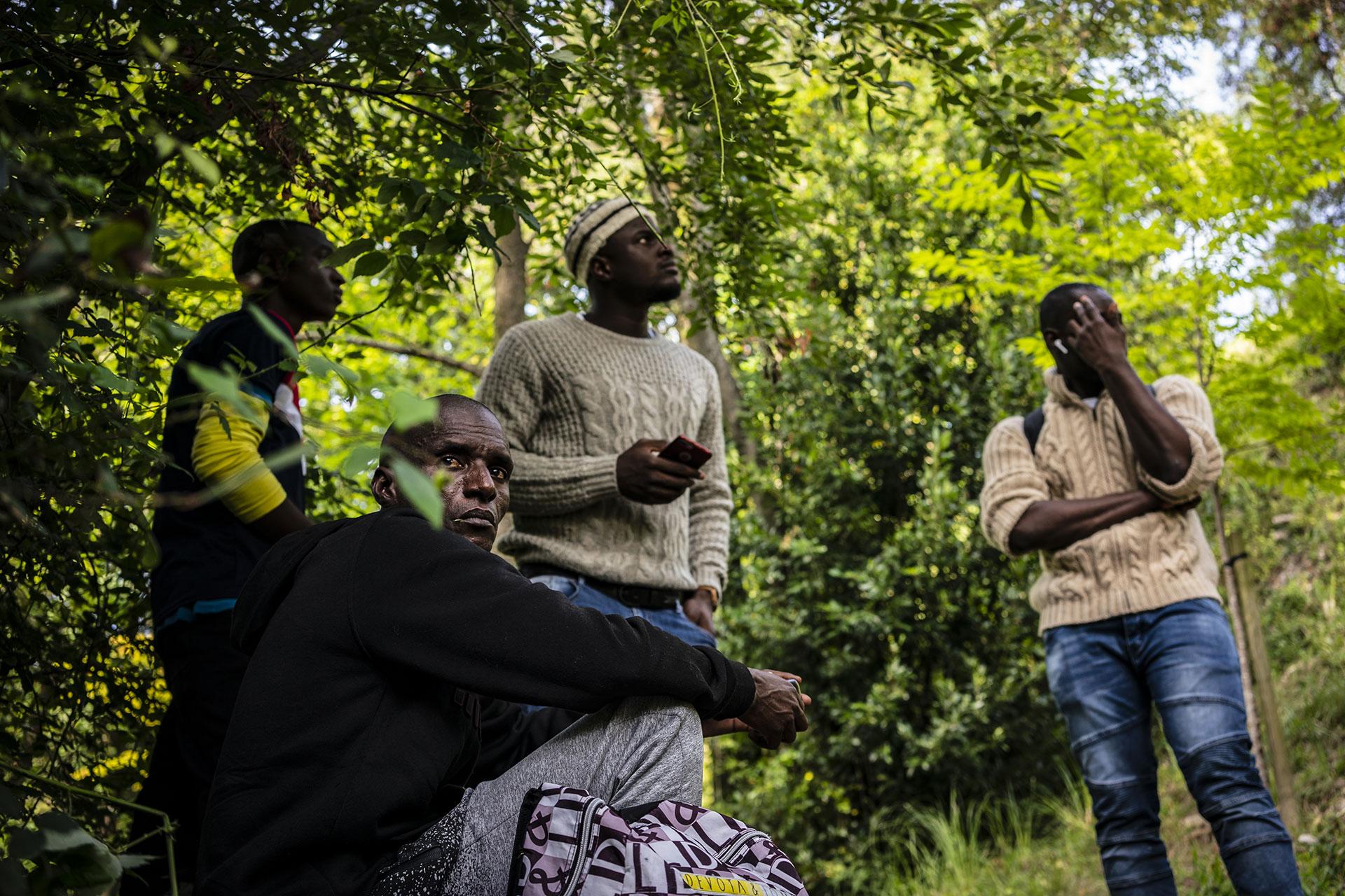 Un grupo de jóvenes esperan escondidos en un parque de Hendaya antes de intentar llegar a la ciudad de Bayona, 13 de Septiembre de 2019.