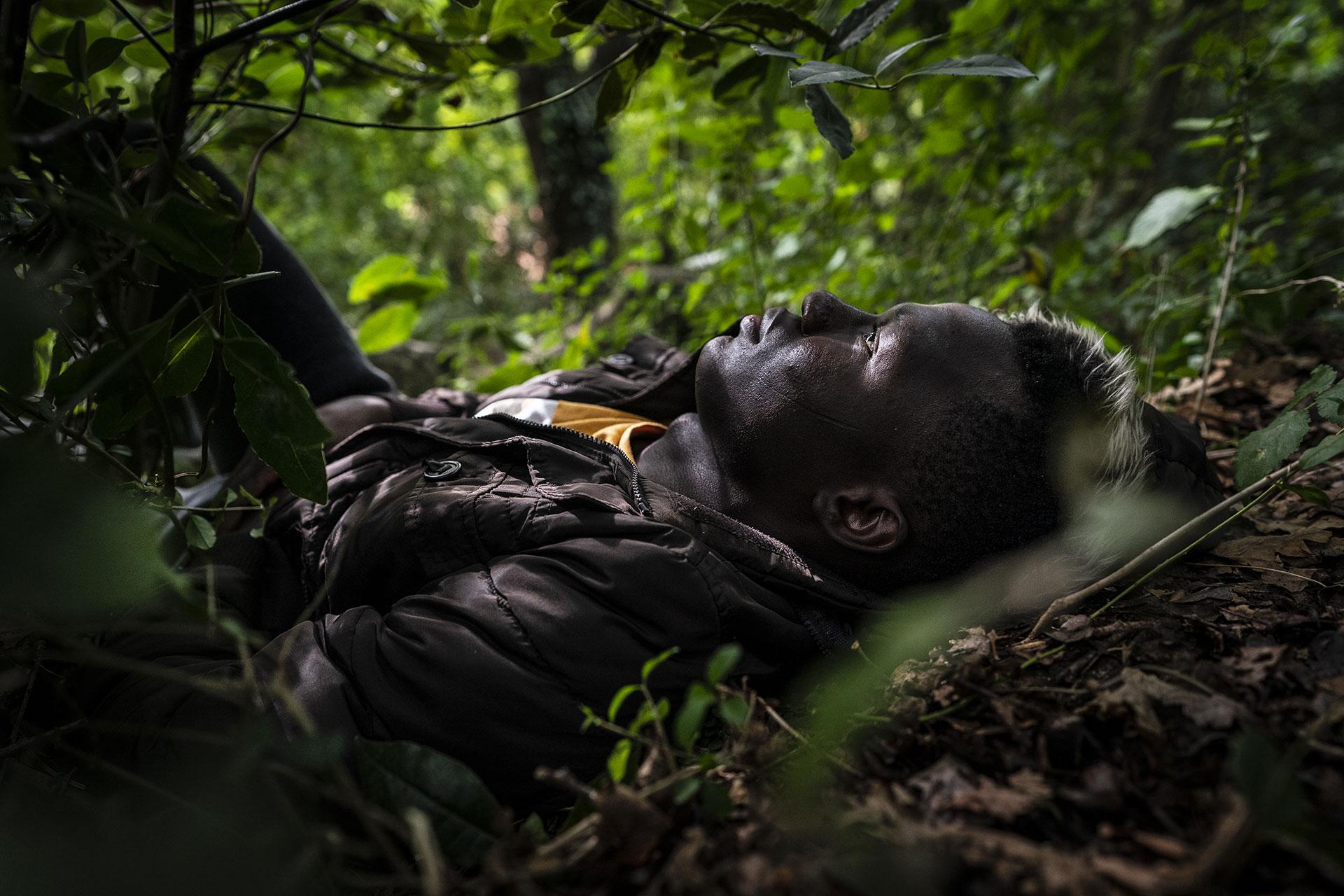Un jóven espera escondido en un parque de Hendaya antes de intentar llegar a la ciudad de Bayona, 15 de Septiembre de 2019.