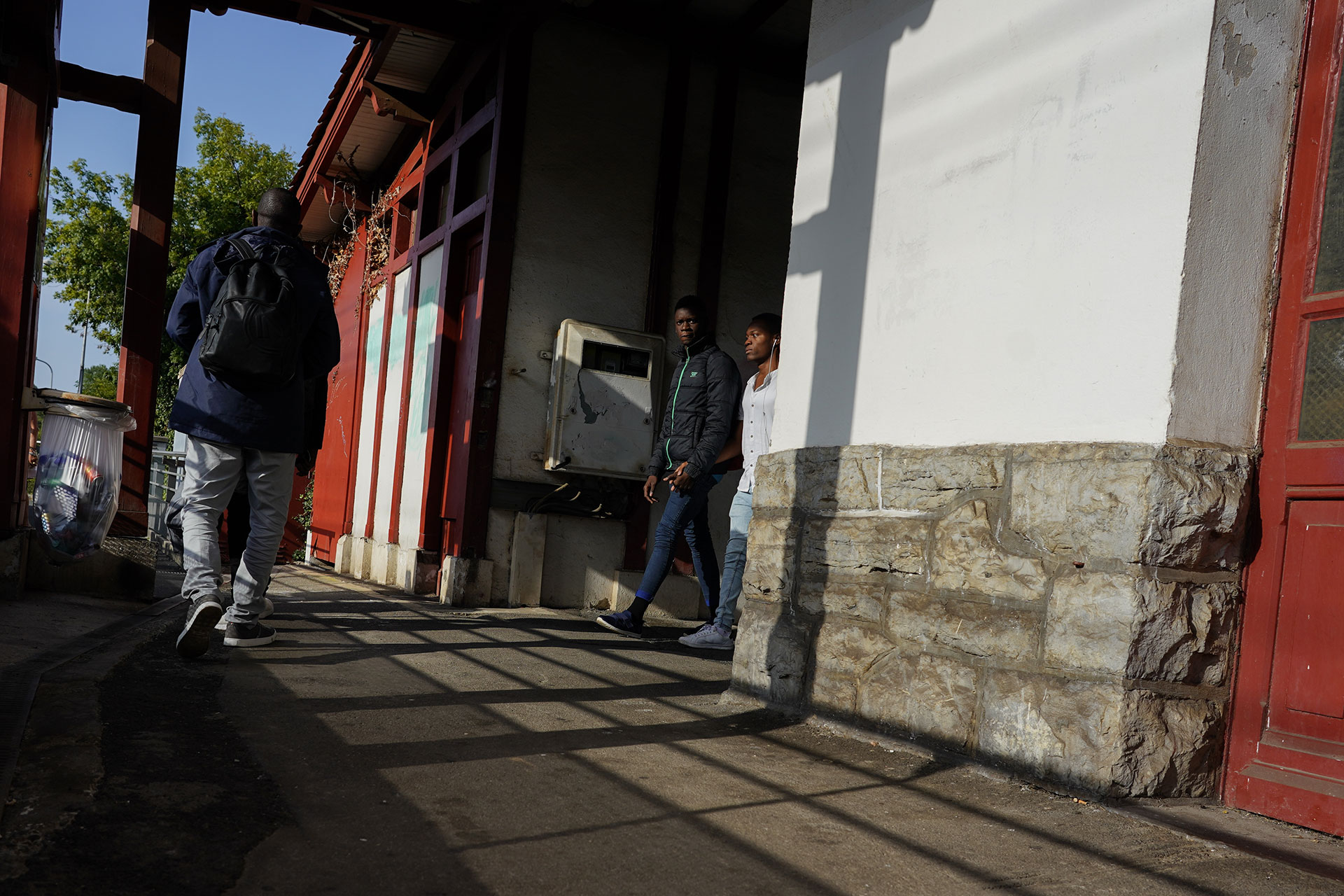 Ousmane llega a una estación de tren junto a tres compañeros antes de tomar un tren para intentar llegar a Bayona, 17 de Septiembre de 2019.