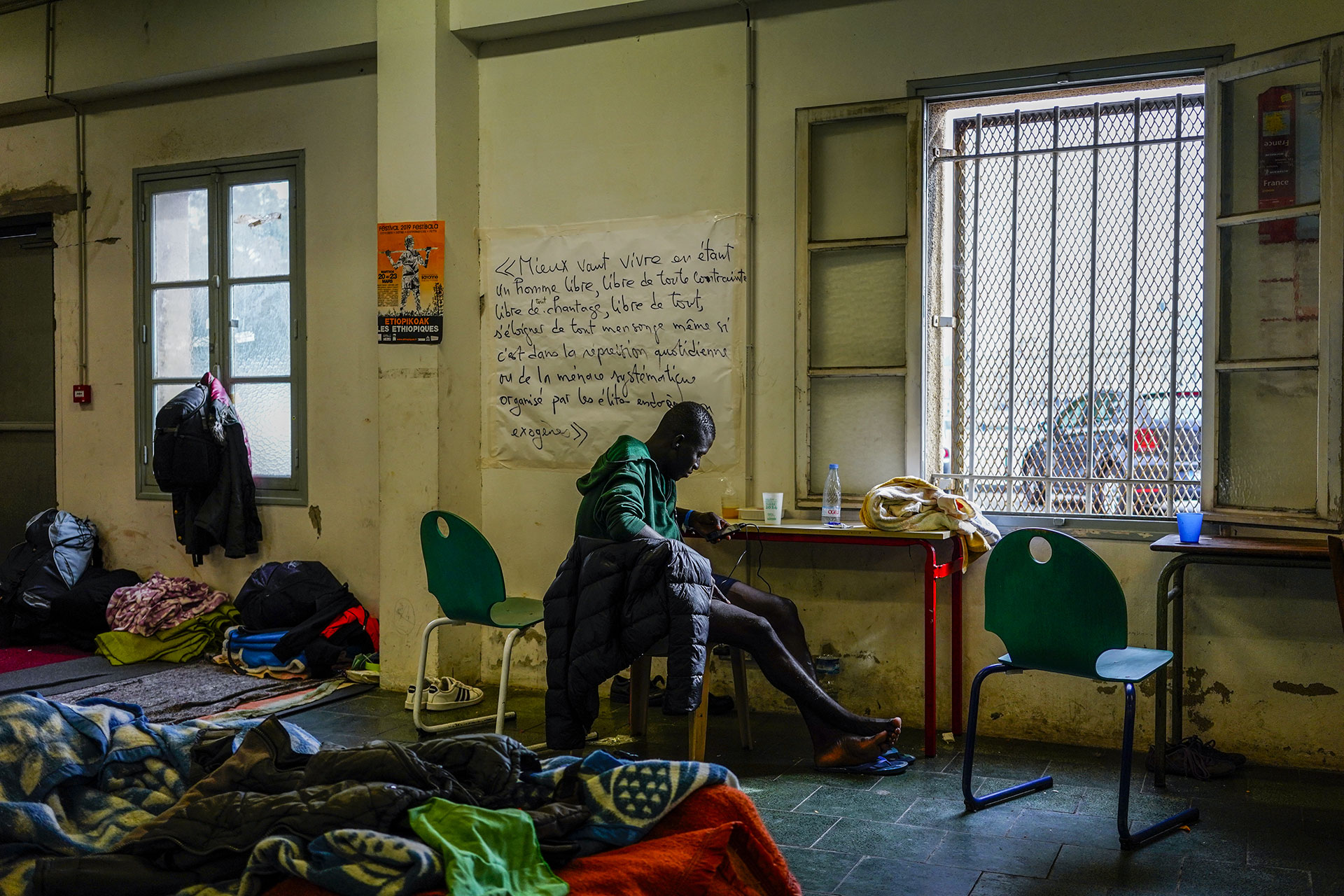 Un joven que ha cruzado la frontera desde España descansa en el centro de acogida de refugiados ¨La Pausa¨ en Bayona, 17 de Septiembre de 2019.