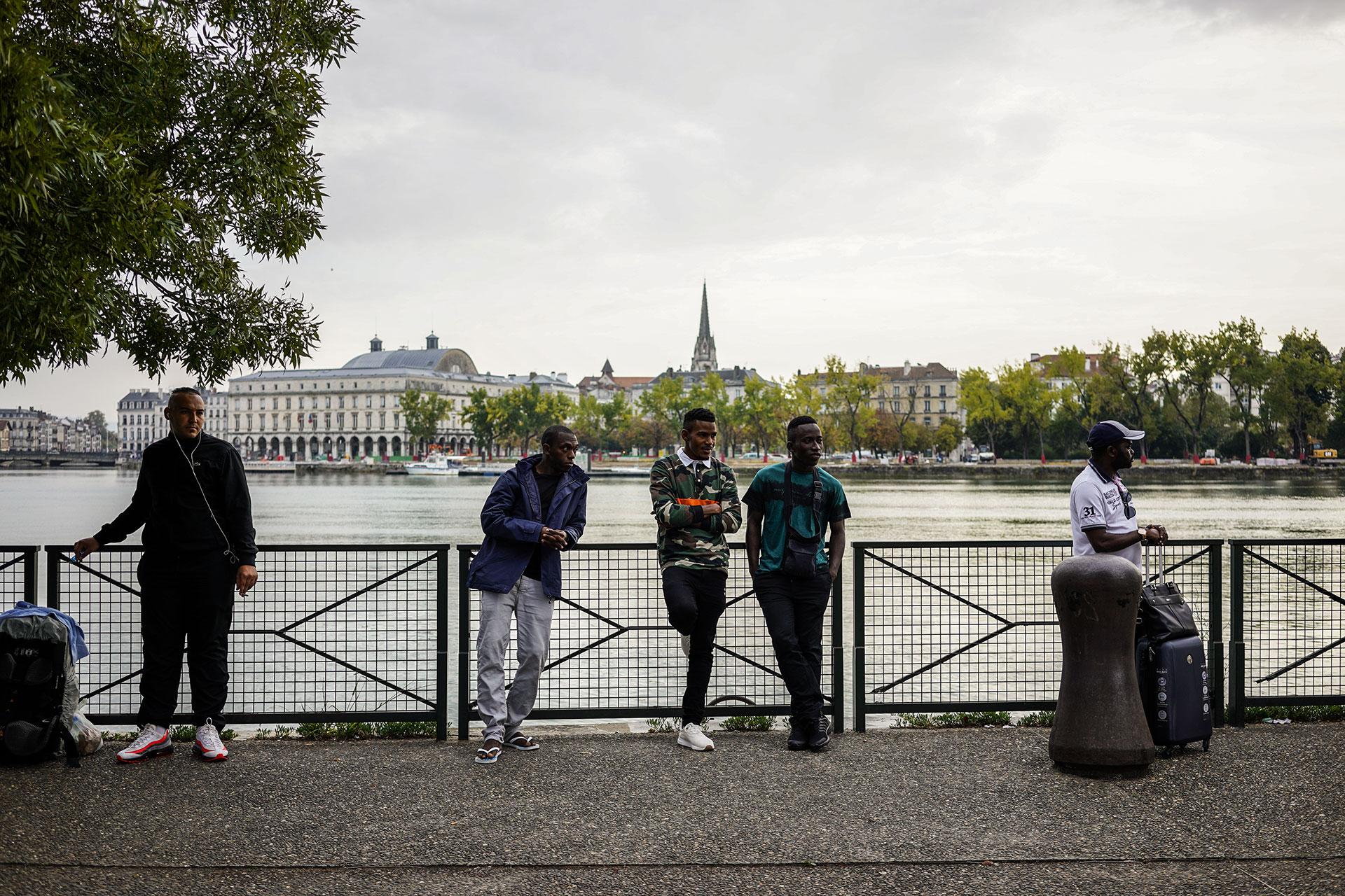 Un grupo de jóvenes esperan el autobús que les llevará a otra ciudad francesa en frente de el centro de acogida de refugiados ¨La Pausa¨ en Bayona, 17 de Septiembre de 2019.