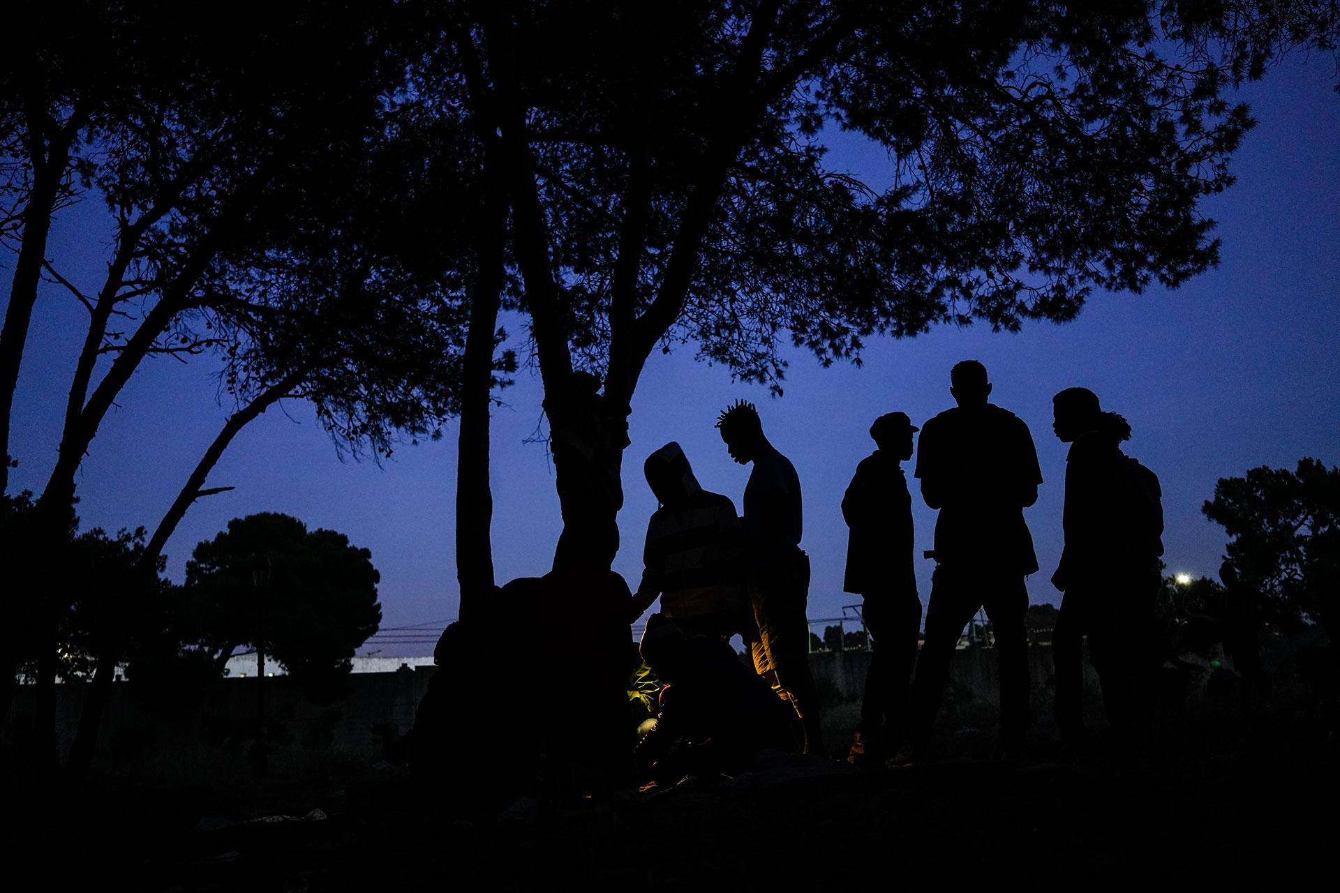 Unos jóvenes se preparan para pasar la noche en un parque de Rabat, 23 de Mayo de 2019. Unos jóvenes se preparan para pasar la noche en un parque de Rabat, 23 de Mayo de 2019.