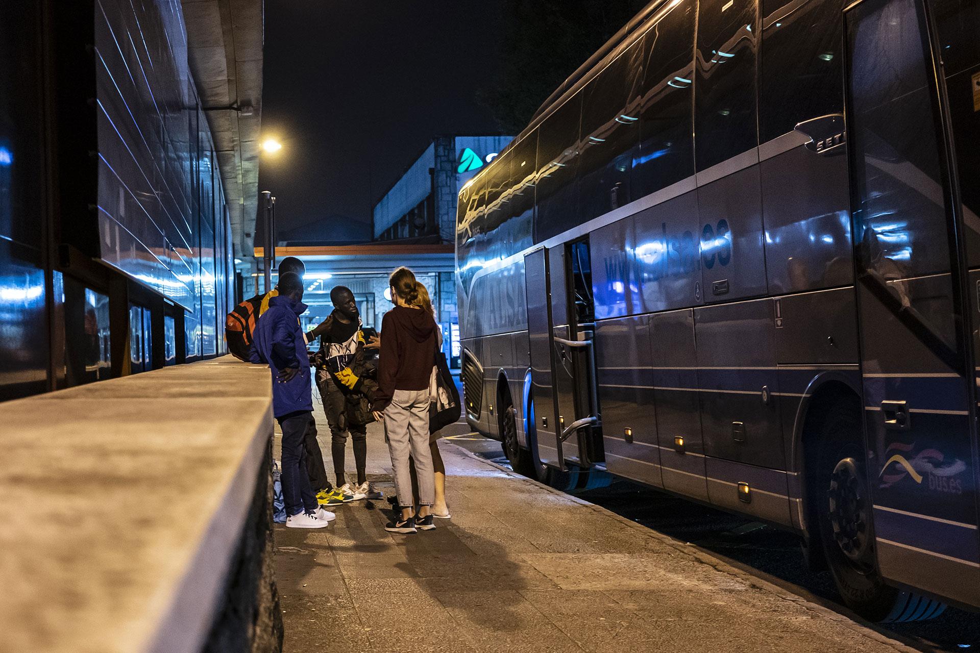 Miembros de Irungo Harrera Sarea hablan con un joven que acaba de llegar a la estación de autobuses de Irún, 17 de Septiembre de 2019.