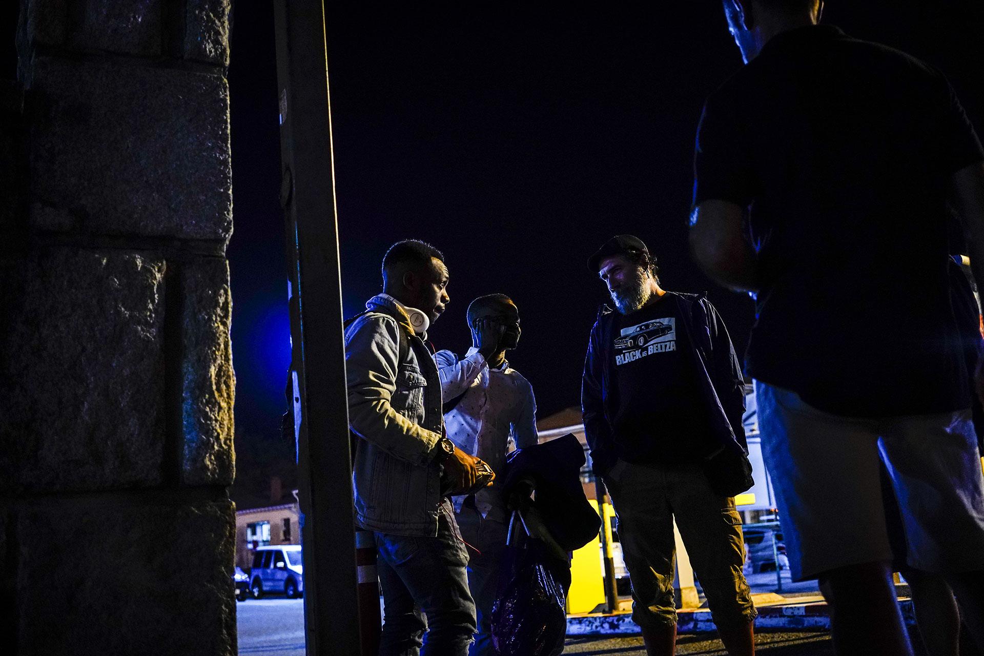 Miembros de Irungo Harrera Sarea hablan con un joven que acaba de llegar a la estación de autobuses de Irún, 16 de Septiembre de 2019.