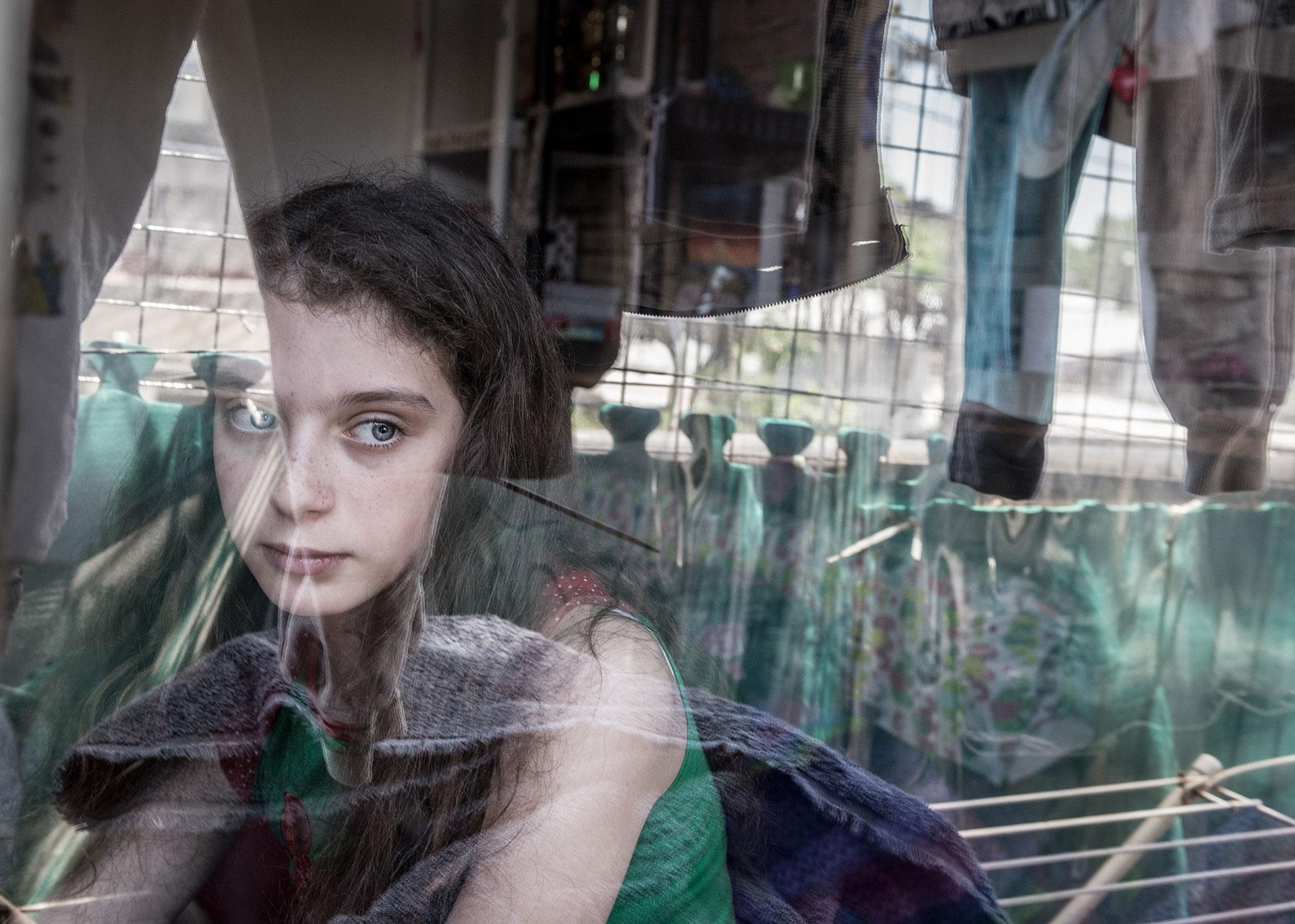 Rivka Schiller, de 11 años, en su casa. Su madre fue víctima de muchas amenazas de muerte por parte de su ex marido. Ella había presentado 45 quejas a la policía sin obtener ninguna protección También intentó estrangularla frente a sus hijas. Ellas viven en una especie de prisión.