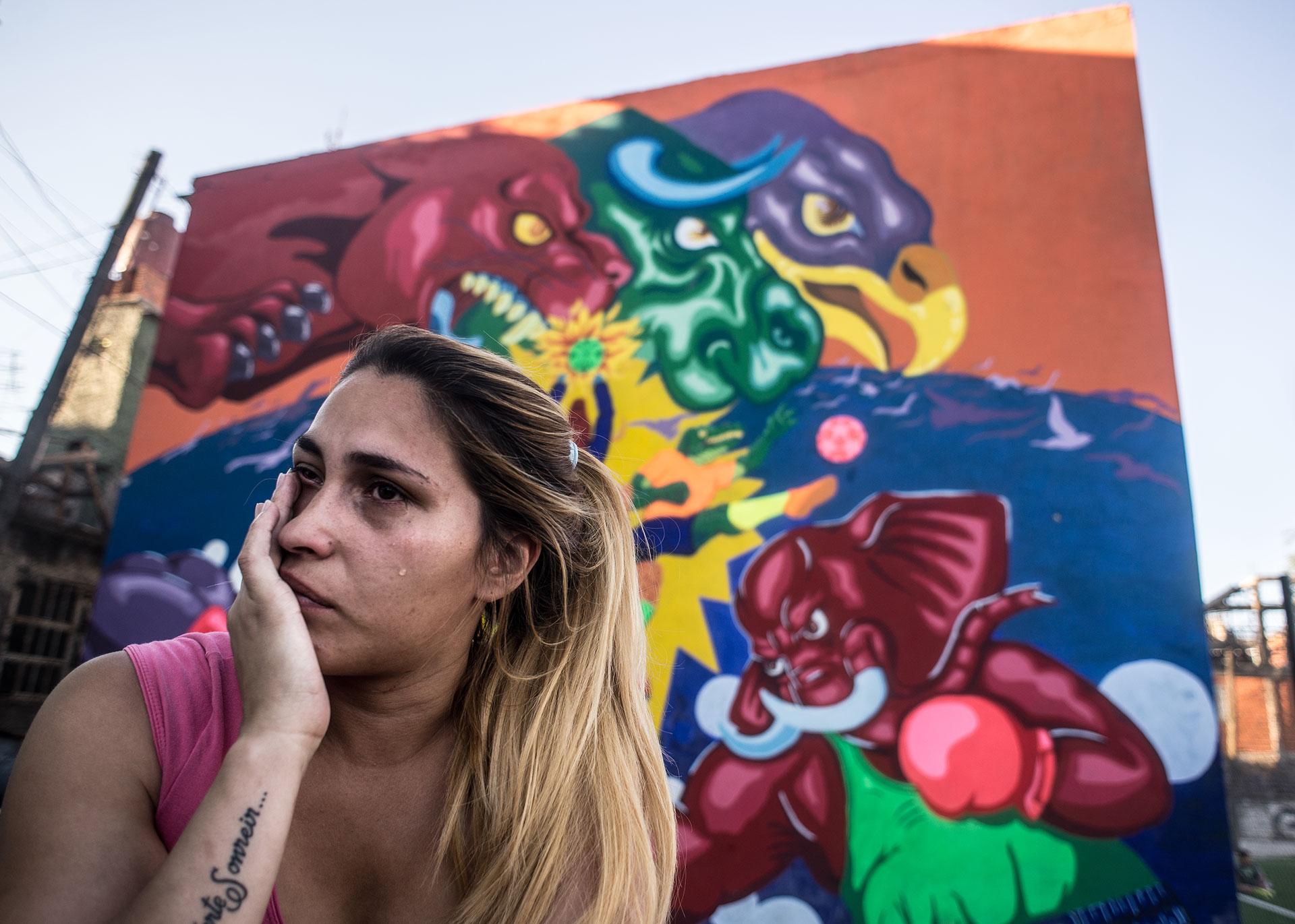 Carla Canteros, de 26 años, llora después de una pelea doméstica con su novio que la golpeó. Pasó la mayor parte de su vida, después de la pérdida de sus padres y abuelos, sola, sin hogar y sin dinero. Ella siempre dependía de su novio. En una de esas peleas que fue terriblemente violenta, la acosó y la golpeó cuando estaba embarazada.