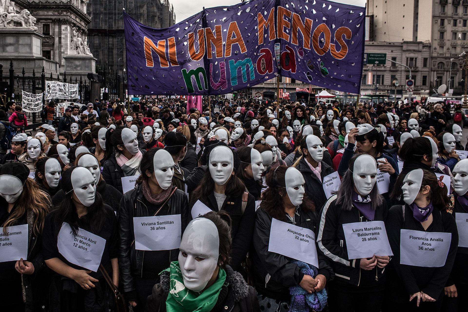 Buenos Aires, junio, 3 de 2017. Las mujeres pertenecientes al movimiento Mumala (mujeres de la matria latioamericana) se manifiestan antes de comenzar la marcha de Ni Una Menos con una máscara y el nombre de una víctima asesinada en los meses previos frente al departamento nacional de mujeres del gobierno.