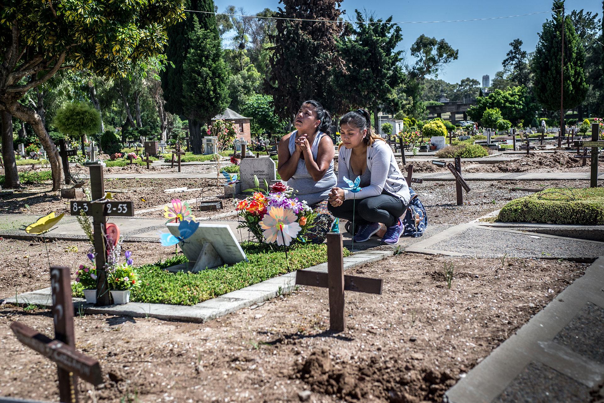 Buenos Aires, Marta Tarqui y su hija Miriam Colque, de 26 años, lloran y rezan en el cementerio de La Chacarita por la pérdida de su hija y hermana Daiana Belén Colque, asesinada a múltiples puñaladas por su novio paraguayo Hernán, uno de los narcos de La Villa 31, un barrio pobre situado junto a la estación Retiro, donde Marta vive con su familia.