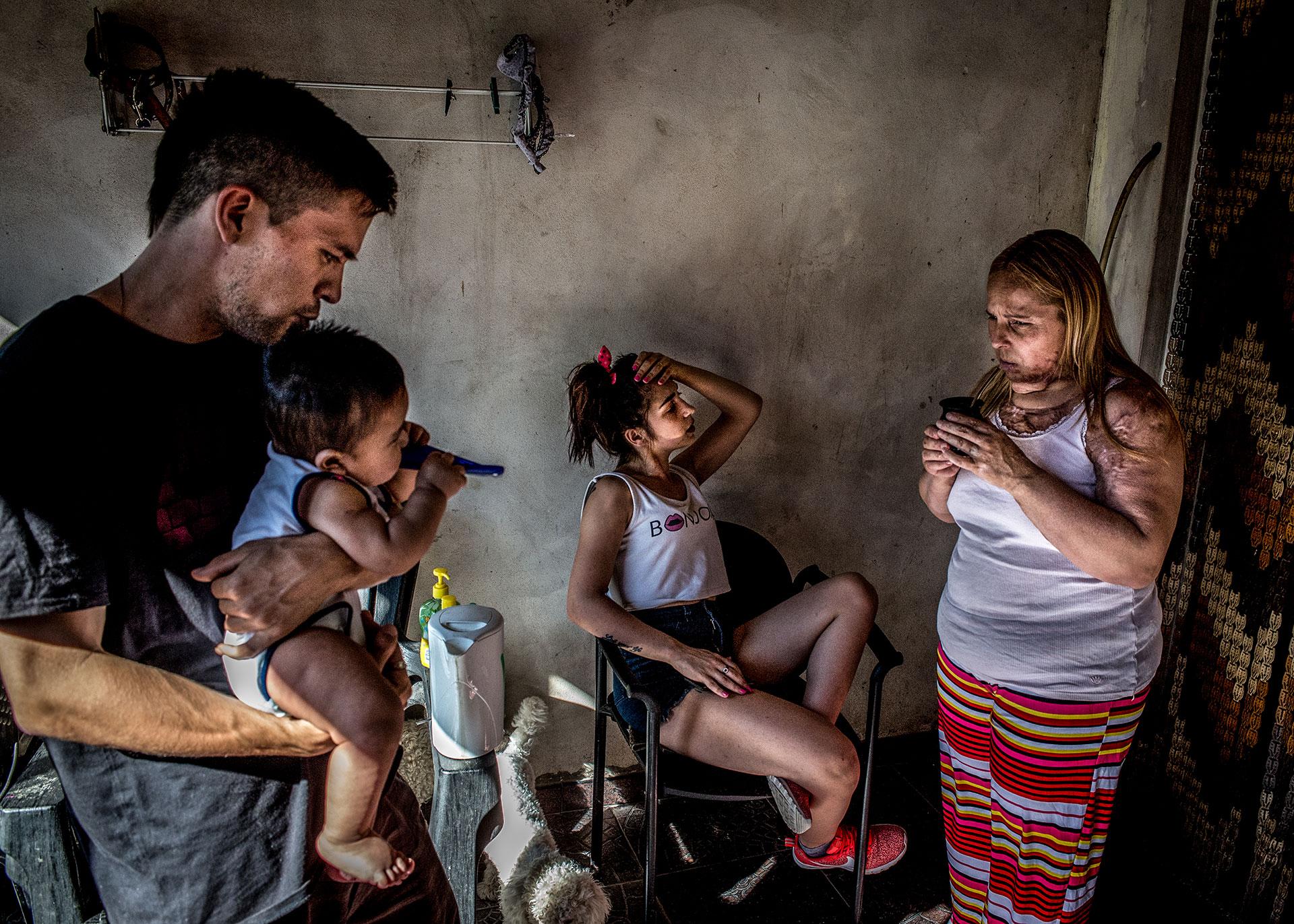 San Antonio de Padua, Karina Abregu, de 42 años, con su hija Florencia de 23 años, su yerno y su nieto Siro.
