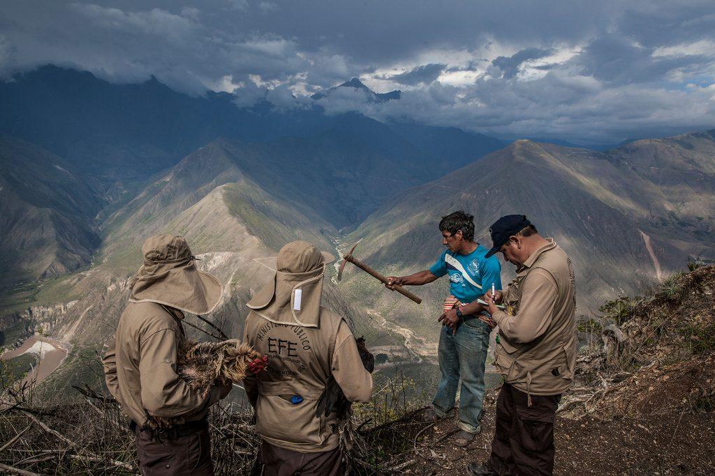 Félix Pacheco (36 años), pico en mano, explica al Equipo Forense Especializado (EFE) dónde cree que está la fosa que conserva los restos de su padre, asesinado hace 30 años. Él escapó junto a su madre de una incursión militar en la montaña en la que se habían refugiado.
