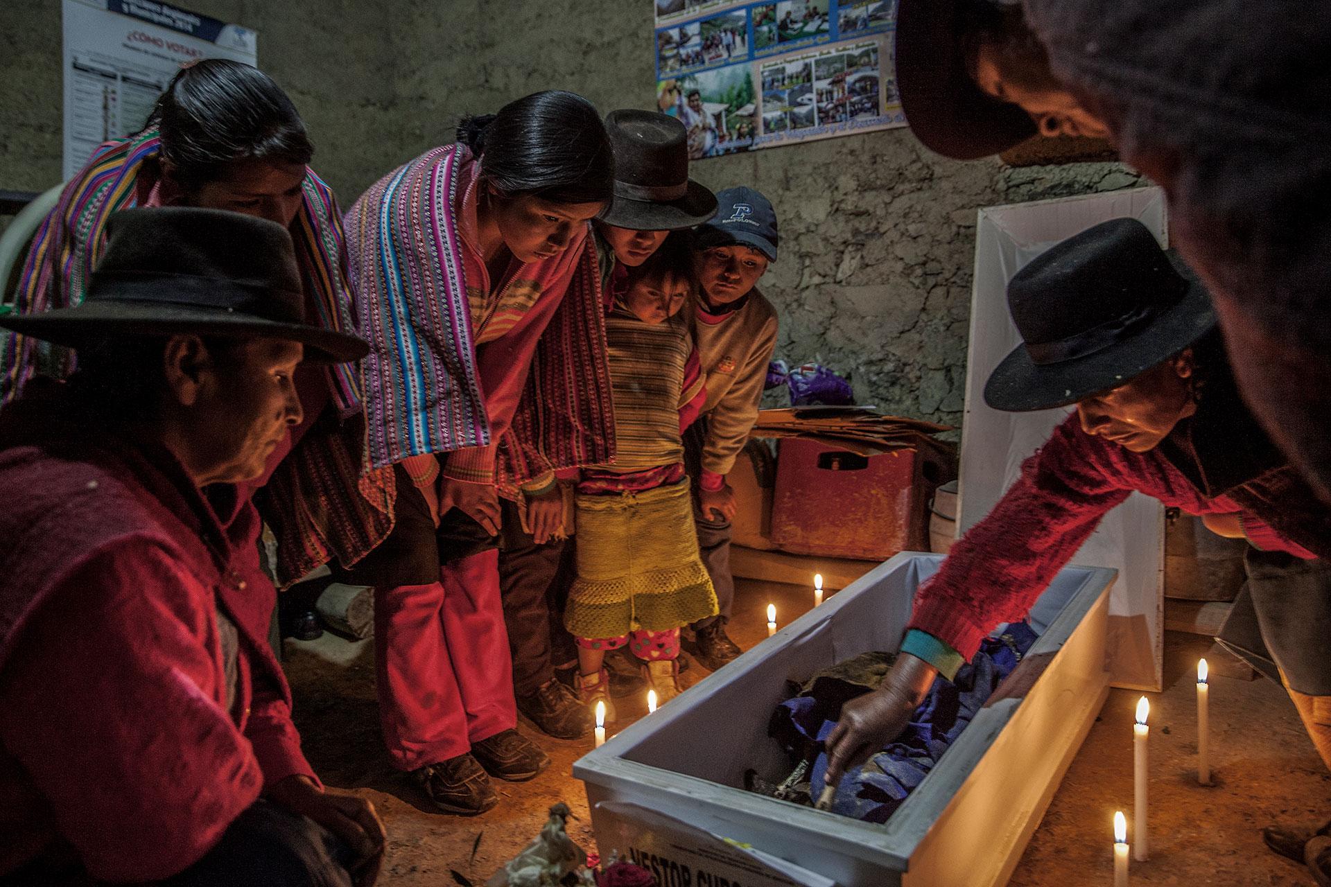Néstor Curo es velado en su antigua casa del poblado de Huallhua. Observan la escena sus hermanos, hermanas, sobrinas y sobrinos.