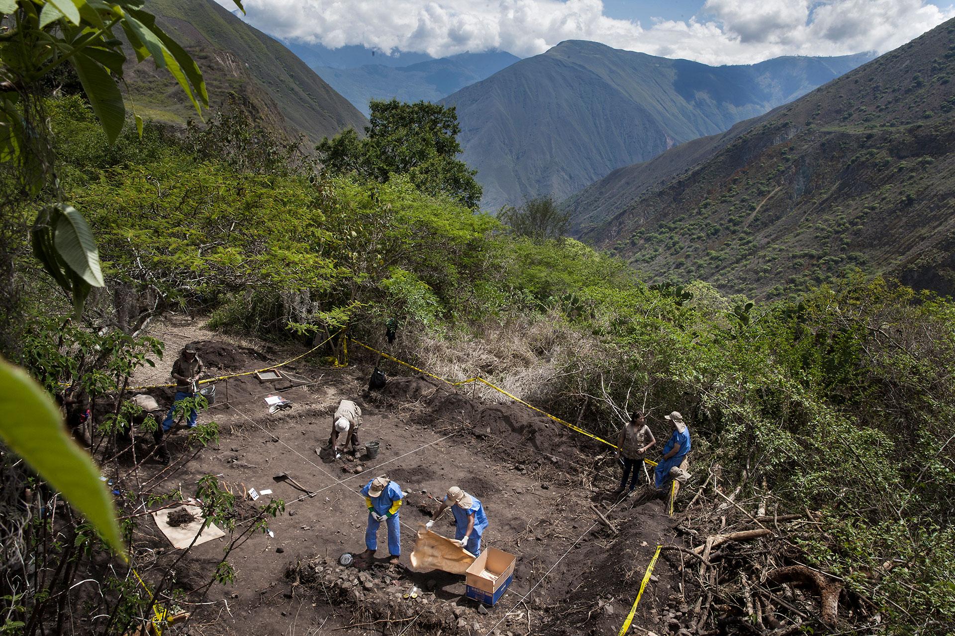 Cuatro fosas son localizadas en Suyrurupampa; lo encontrado aquí es espantoso: trece menores de entre 2 y 16 años y dos mujeres de entre 25 y 40 años, probablemente fusilados/as y desmembrados/as, según observan los especialistas en las lesiones de los huesos, ocasionadas por fusil de guerra y proyectiles del ejército peruano que se encontraron en el lugar. La matanza ocurrió en 1986, según las y los sobrevivientes.