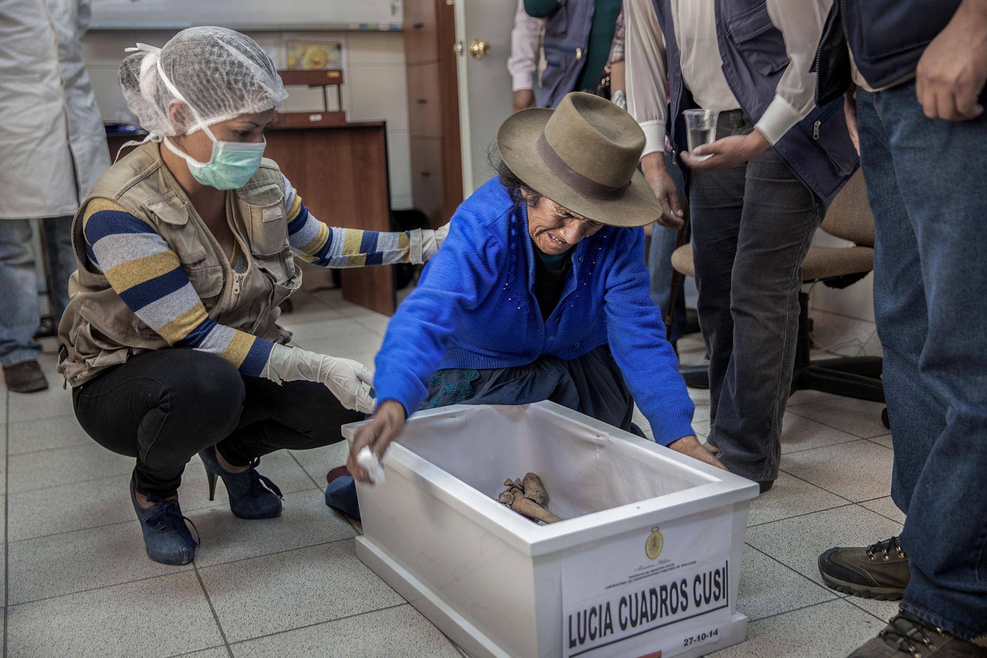 Angélica Cusi Díaz se quiebra cuando ve los restos (identificados en los laboratorios del EFE) de su hija Lucía Cuadros junto a su nieta, asesinadas por los terroristas. La joven solo tenía14 años cuando fue secuestrada y luego asesinada en 1984.