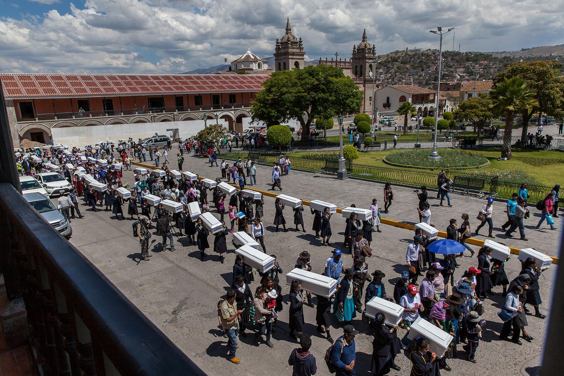 En octubre de 2014 se hallaron los restos óseos de 65 personas, la mayor parte campesinos y campesinas asesinadas en la región de Ayacucho en los años 80 y 90. Los restos de estas personas fueron entregados por funcionarios del Ministerio Público a los familiares sobrevivientes. Hubo una procesión con los féretros en la ciudad de Huamanga (Ayacucho).
