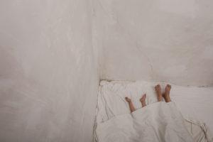 Zahra duerme en la habitación con su niña.