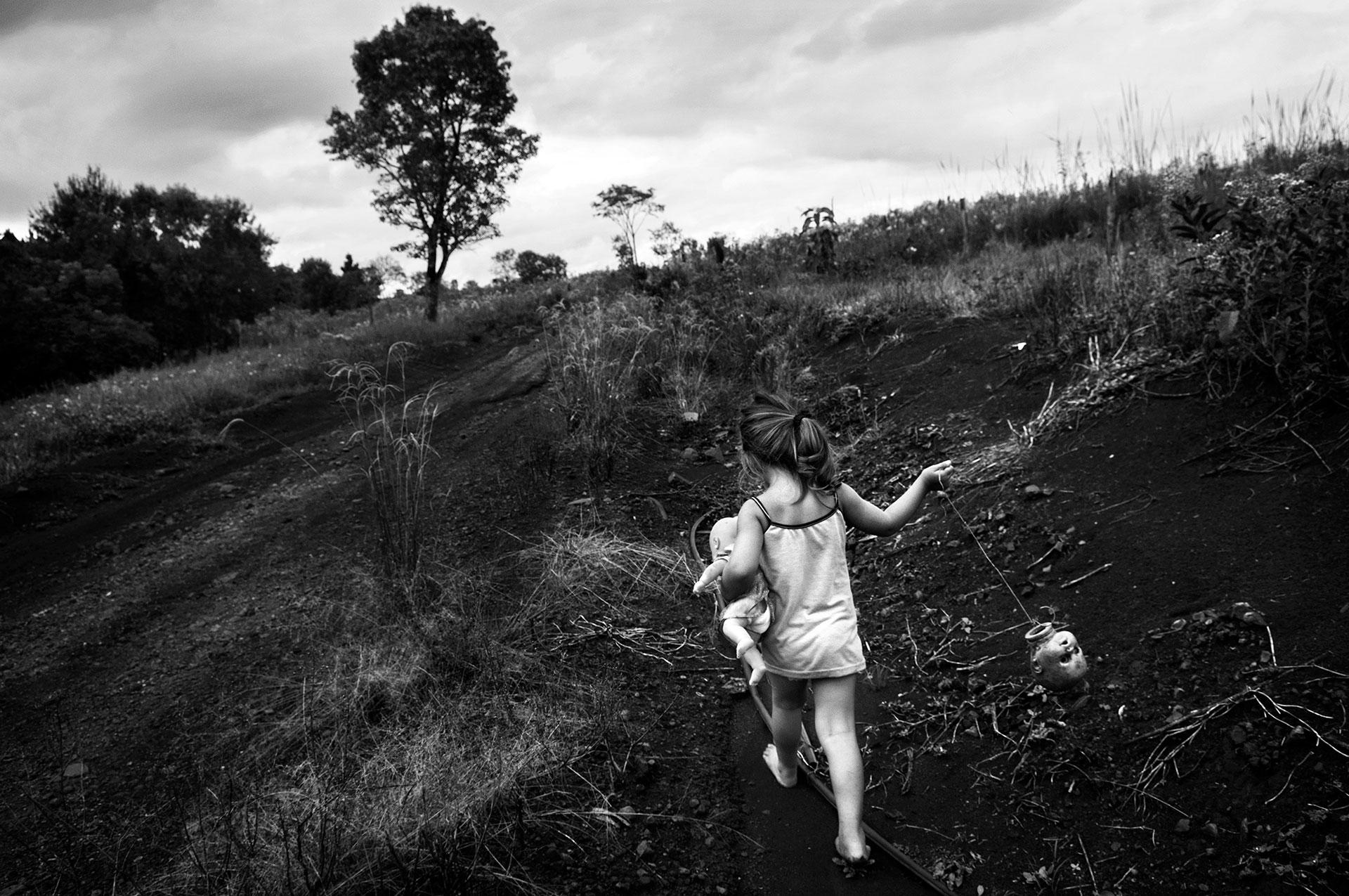 15-4-2015. Alicia Alta - Misiones. Una niña corre a través de los campos.