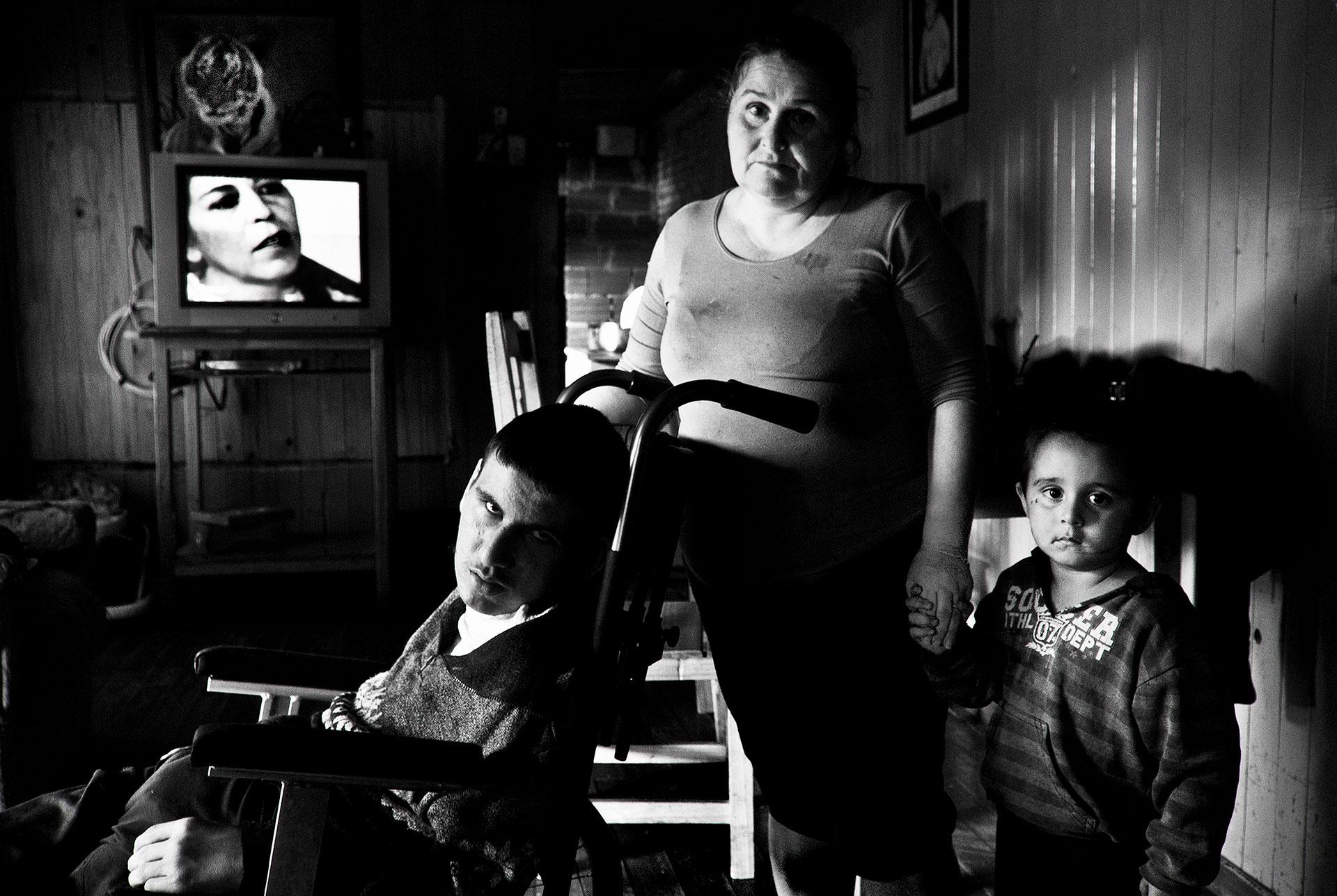 6-4-2015. San Vicente, Provincia de Misiones. Sandra Sosa es la madre de Leonardo Lorenzo, que sufre parálisis cerebral y epilepsia como resultado de las repetidas fumigaciones. Los dos viven actualmente en el barrio El Progreso, donde el número de niños, niñas y adolescentes discapacitados crece de forma exponencial.