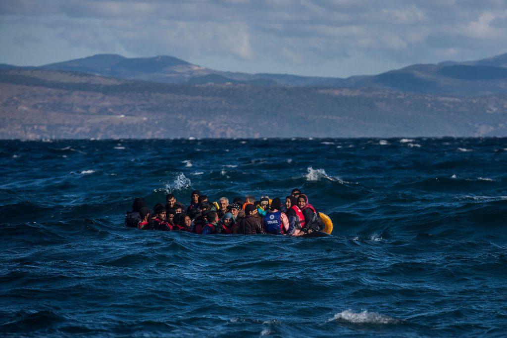Varias decenas de personas refugiadas afganas se acercan a las costas de la isla griega de Lesbos a bordo de una precaria embarcación de plástico a punto de hundirse.