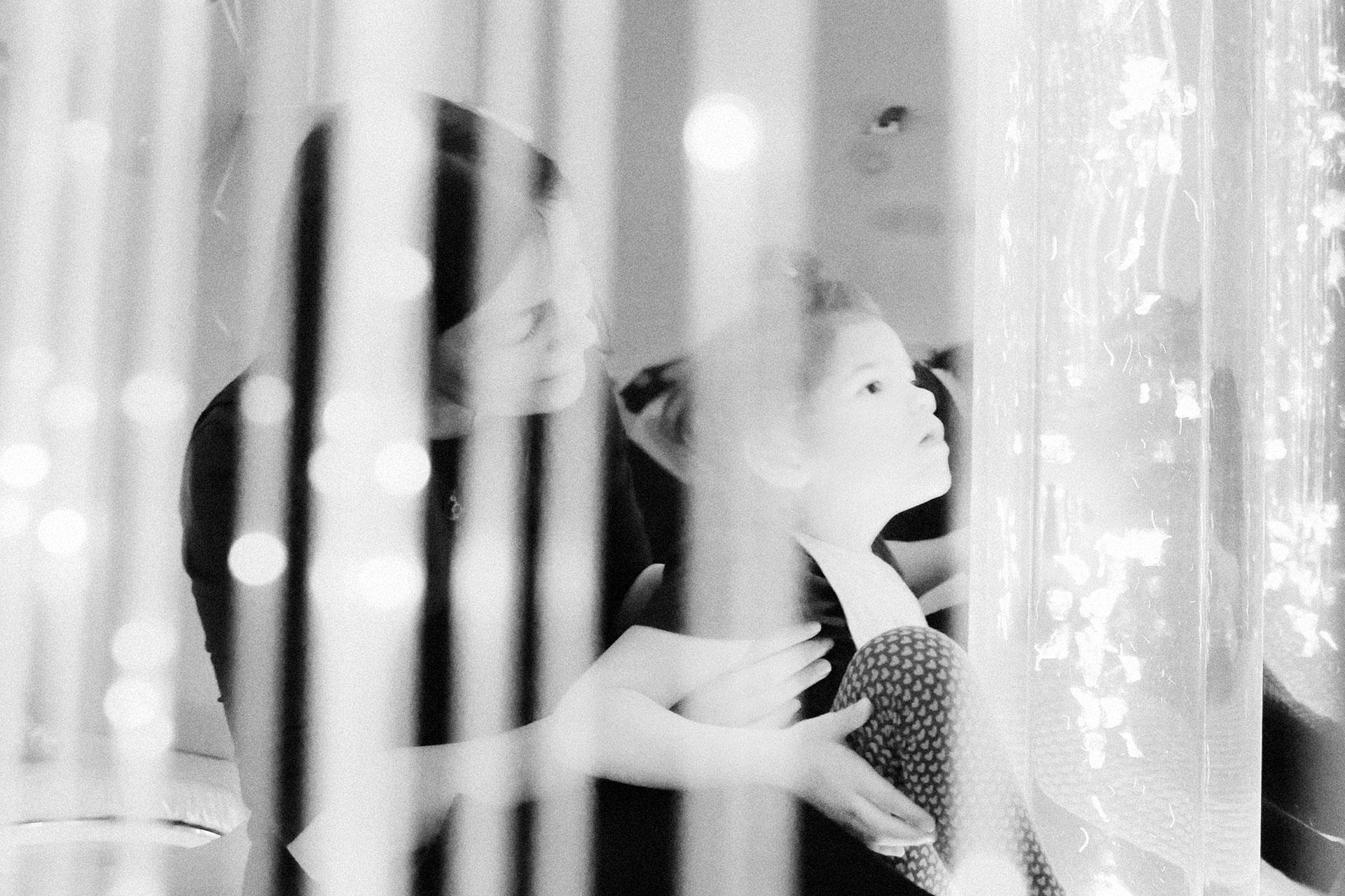 Zhenya, durante una sesión con la psicóloga social en la sala de estimulación sensorial.