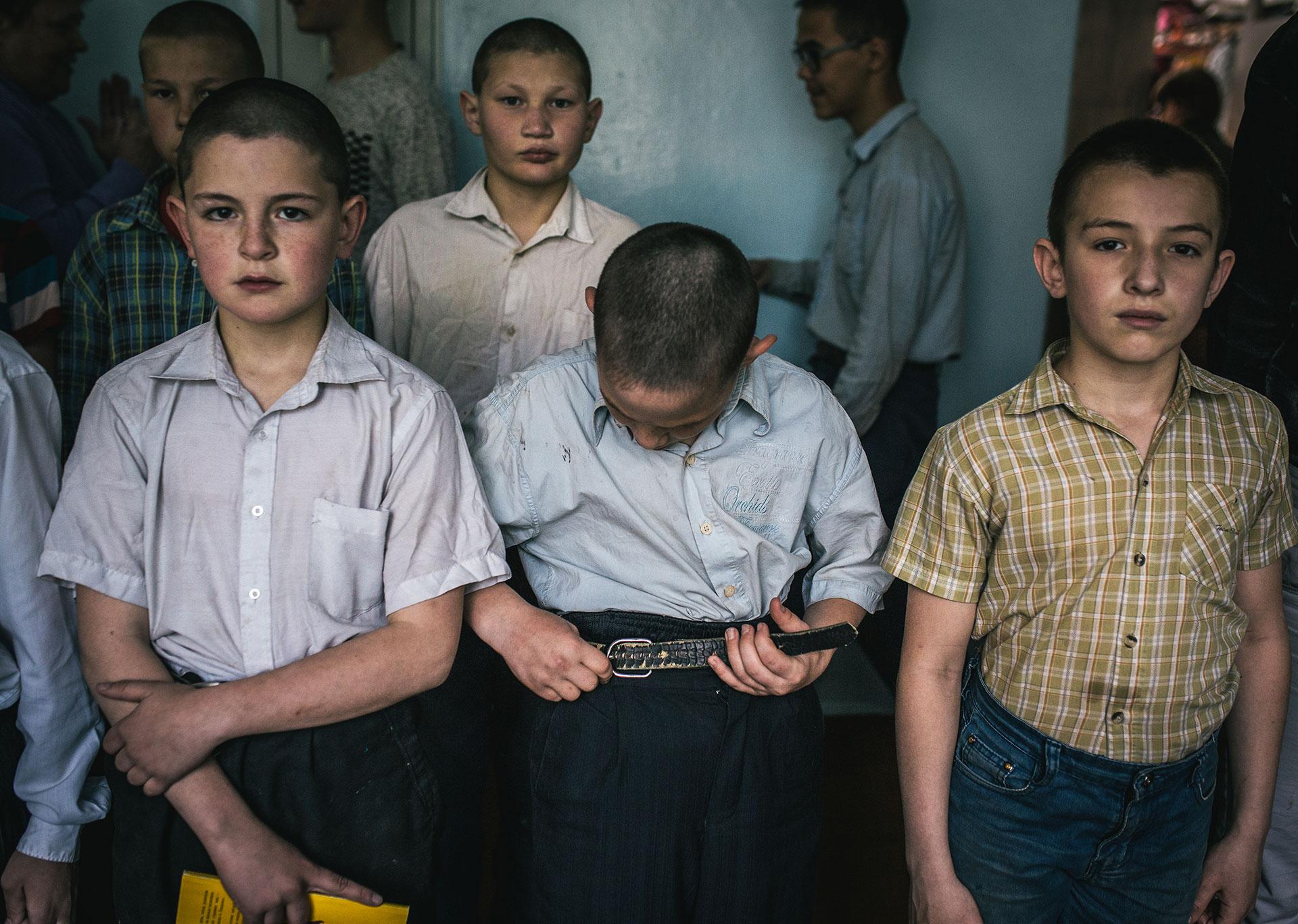 Tres veces al día los niños se reúnen en el pasillo de la escuela para pasar la lista.