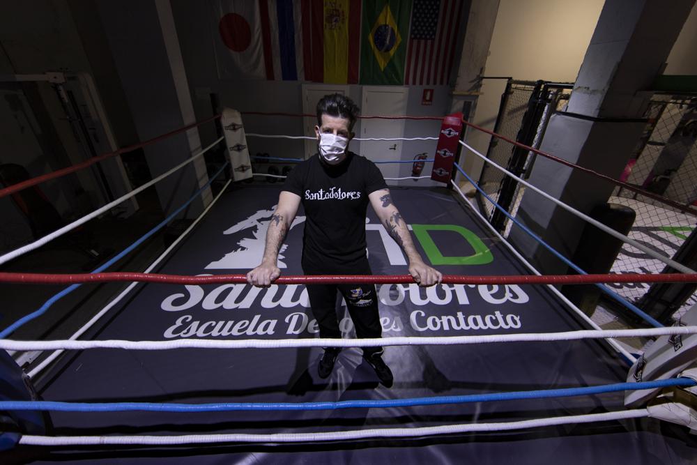 """Pablo (39) es de Madrid y ha hecho de su pasión, el deporte, su profesión. Es co-propietario de un gimnasio donde se practican deportes de contacto. Lo abrió hace tres años, y la impotencia de verlo cerrado ahora, sin poder generar un solo euro mientras tiene que correr con todos los gastos, lo está destrozando. En estos momentos debería estar entrenando a su equipo para las competiciones nacionales e internaciones de MMA (artes marciales mixtas) y K-1 (una adaptación del kickboxing). El año pasado fueron subcampeones de Europa. """"Quiero volver a trabajar y volver a ver a los chicos, que son mi otra gran familia"""", dice. Ve muy complicado recuperar la normalidad, y no cree que sea rentable reabrir el gimnasio con un tercio del aforo. No sabe nada: ni cuándo se podrá abrir, ni cómo, ni las ayudas que van a venir, si es que vienen. Siente que los autónomos son los grandes damnificados siempre. La crisis por el Covid-19 no es una excepción."""