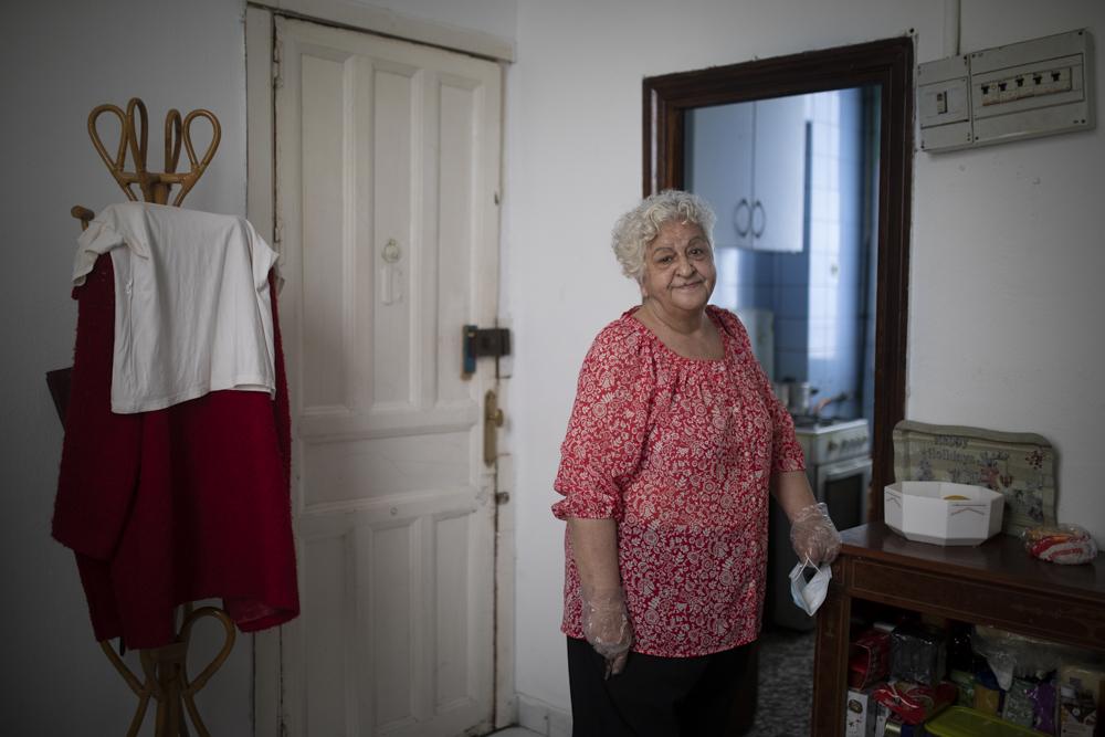 El paso de Madrid a la fase 2 no ha supuesto un gran cambio para Mercedes (72). Ella sigue viviendo con su hijo de 46 años (que no puede trabajar debido al trastorno de personalidad que padece) en una habitación alquilada de Lavapiés. Cuando Mercedes perdió su trabajo, hace más de 15 años, empezó a tener problemas para pagar la hipoteca. Lo intentó todo para cumplir con las cuotas. Gastó sus ahorros, vendió sus joyas, y pidió en la calle. Pero no fue suficiente, y en 2012 el banco se quedó con su piso. Desde entonces, va a pedir al Cristo de Medinaceli, y con lo que saca allí y una pensión de 200€ sobrevive. Después de una vida de trabajo y malos tratos de su pareja (los efectos se ven en su nariz destrozada por los golpes y un oído reventado) su vejez es así. Lo era antes del covid-19 y lo sigue siendo después.
