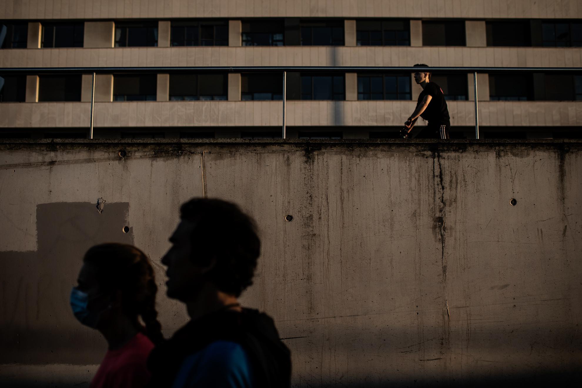 Los ciudadanos pasean por el paseo marítimo de Gijón durante la apertura del horario de reclusión. Gijón, Asturias, España. 13 de mayo, 2020.